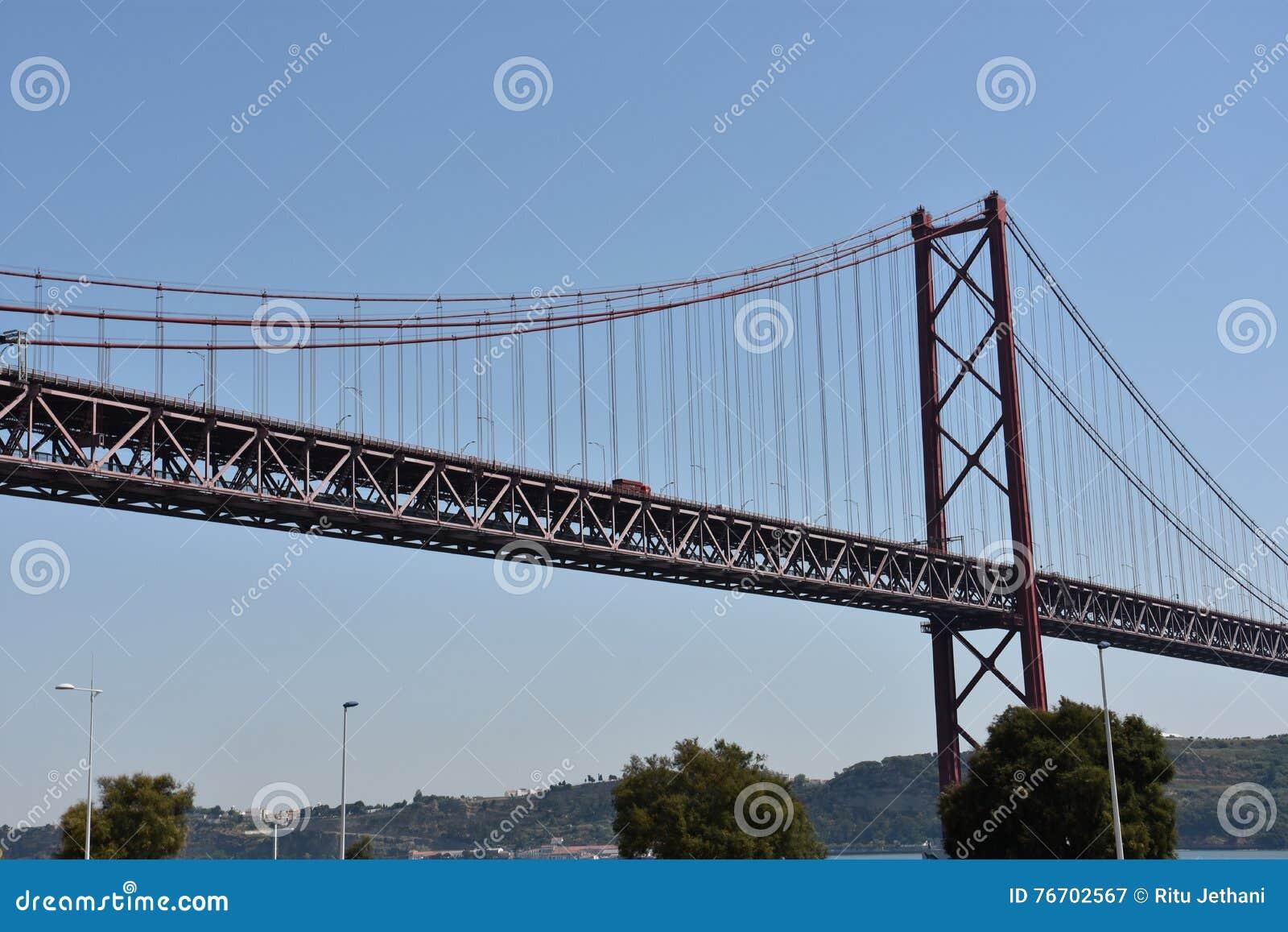 Abril bro över Tagus i Lissabon, Portugal