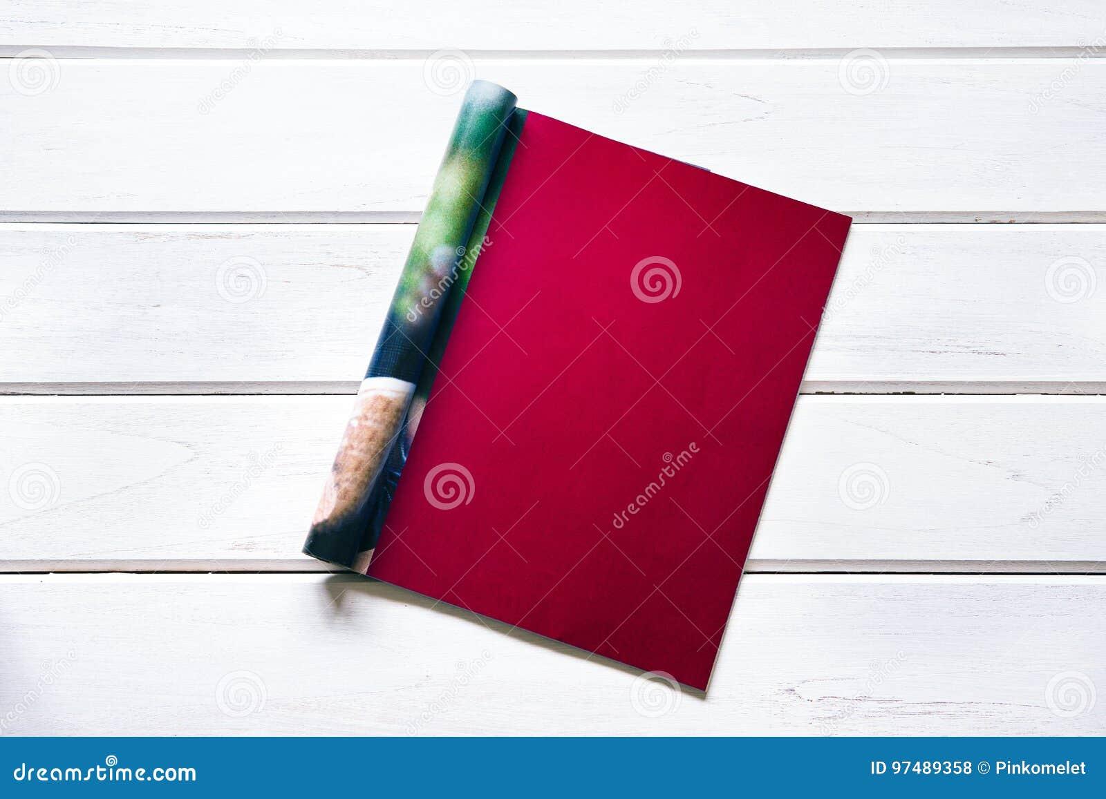 Abriu a obscuridade vazia - zombaria do vermelho acima da página do compartimento em de madeira branco