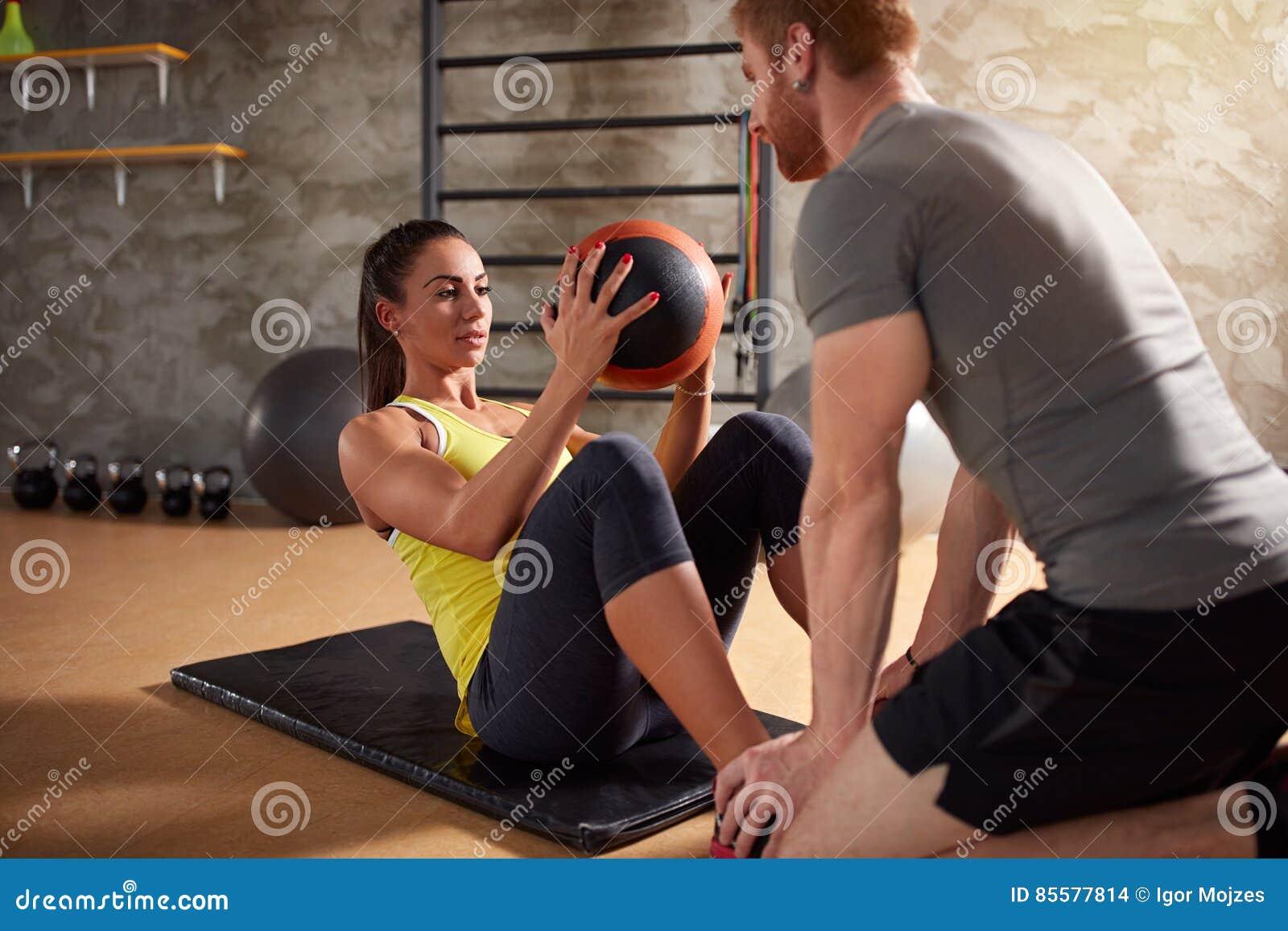 Abs van meisjesoefeningen spieren die bal gebruiken