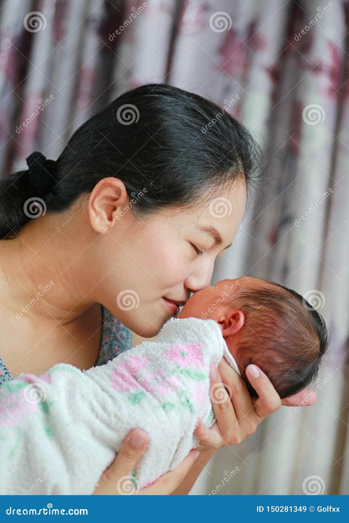 Abschluss herauf die Mutter, die neugeborenes Baby nett-riecht
