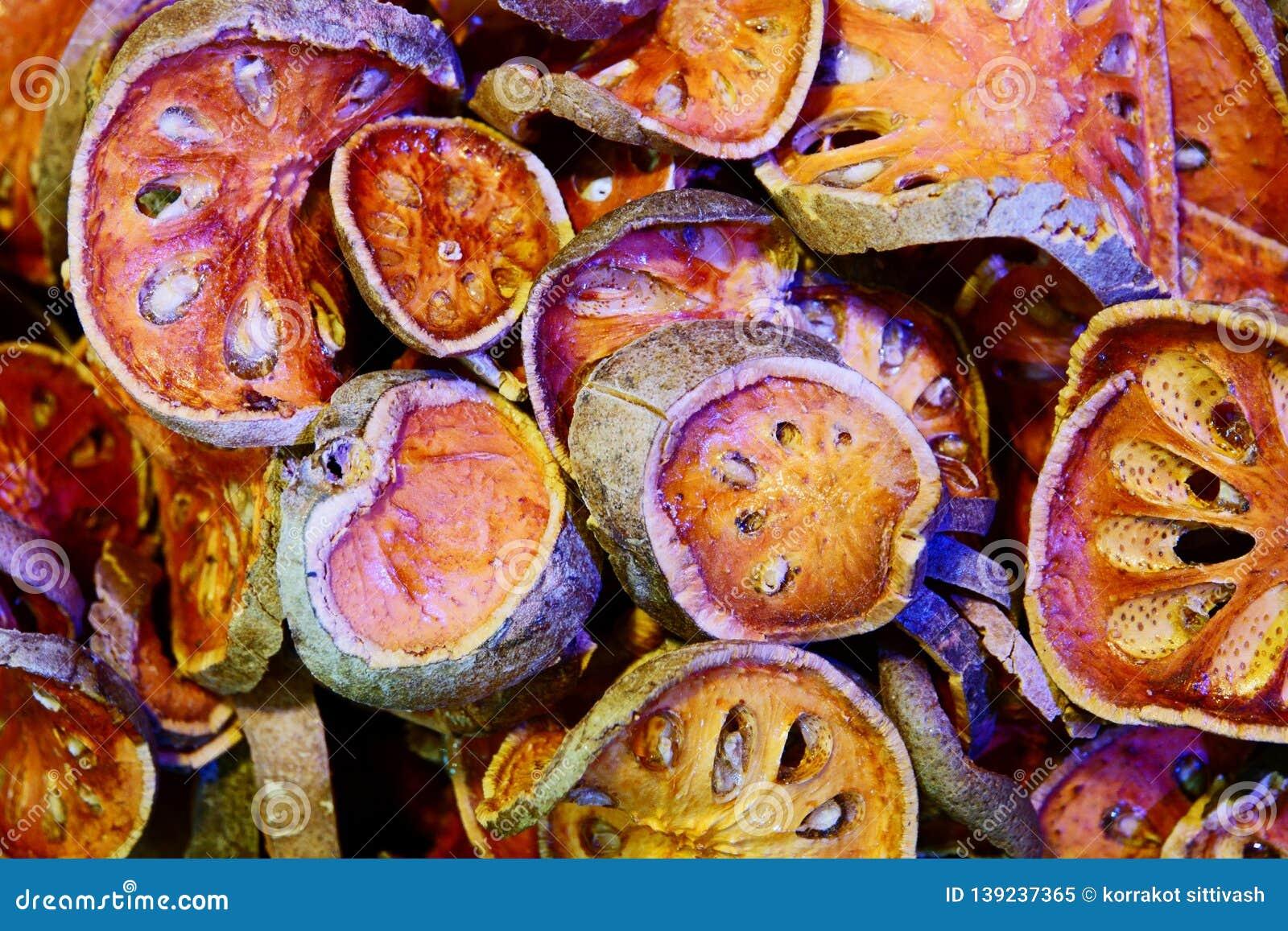 Abschluss herauf getrocknetes Kraut Getrockneter bael Fruchthintergrund Viele von Scheiben von bael Frucht