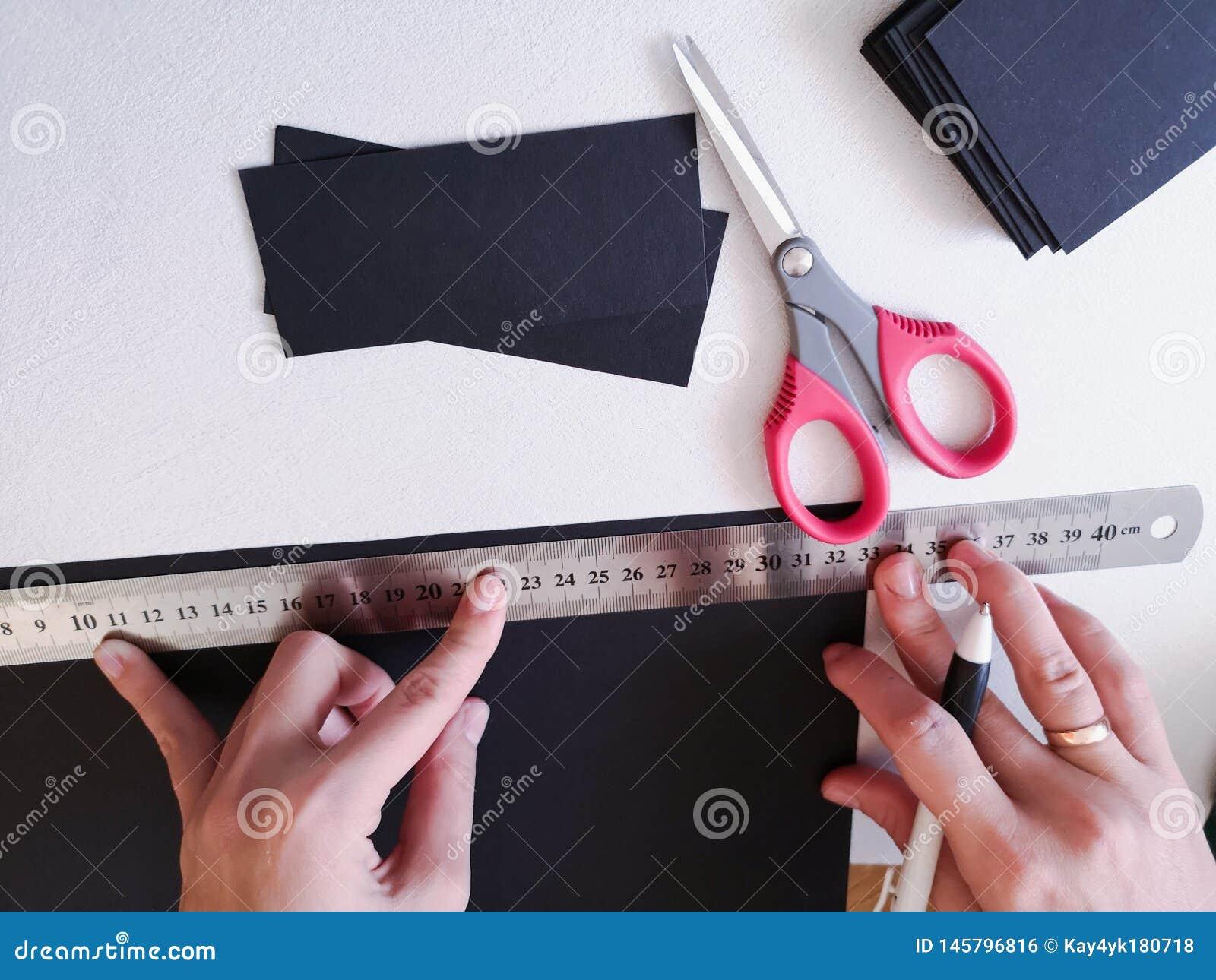 Abschluss herauf Schuss - Berufsfrauendekorateur, Designer, der mit Kraftpapier arbeitet und Umschlag an der Werkstatt, Studio ma