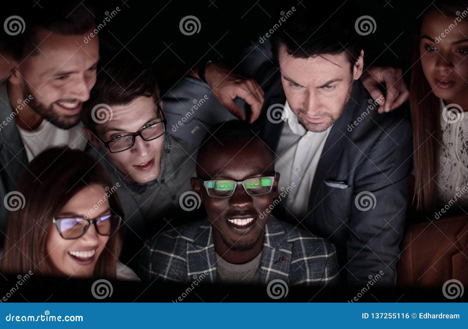 Abschluss oben ein erfolgreiches Geschäftsteam betrachtet den Bildschirm mit Leidenschaft