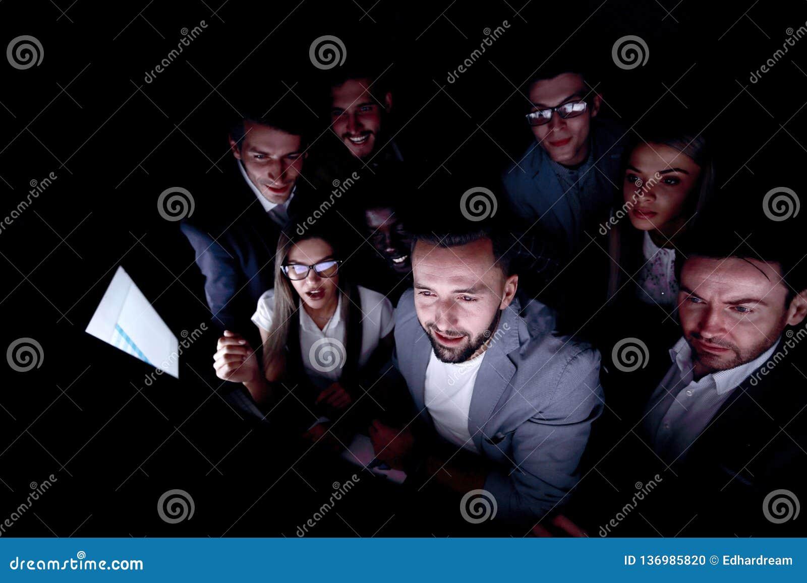 Abschluss oben eine beteiligte Gruppe junge Leute, die einen Bildschirm betrachten