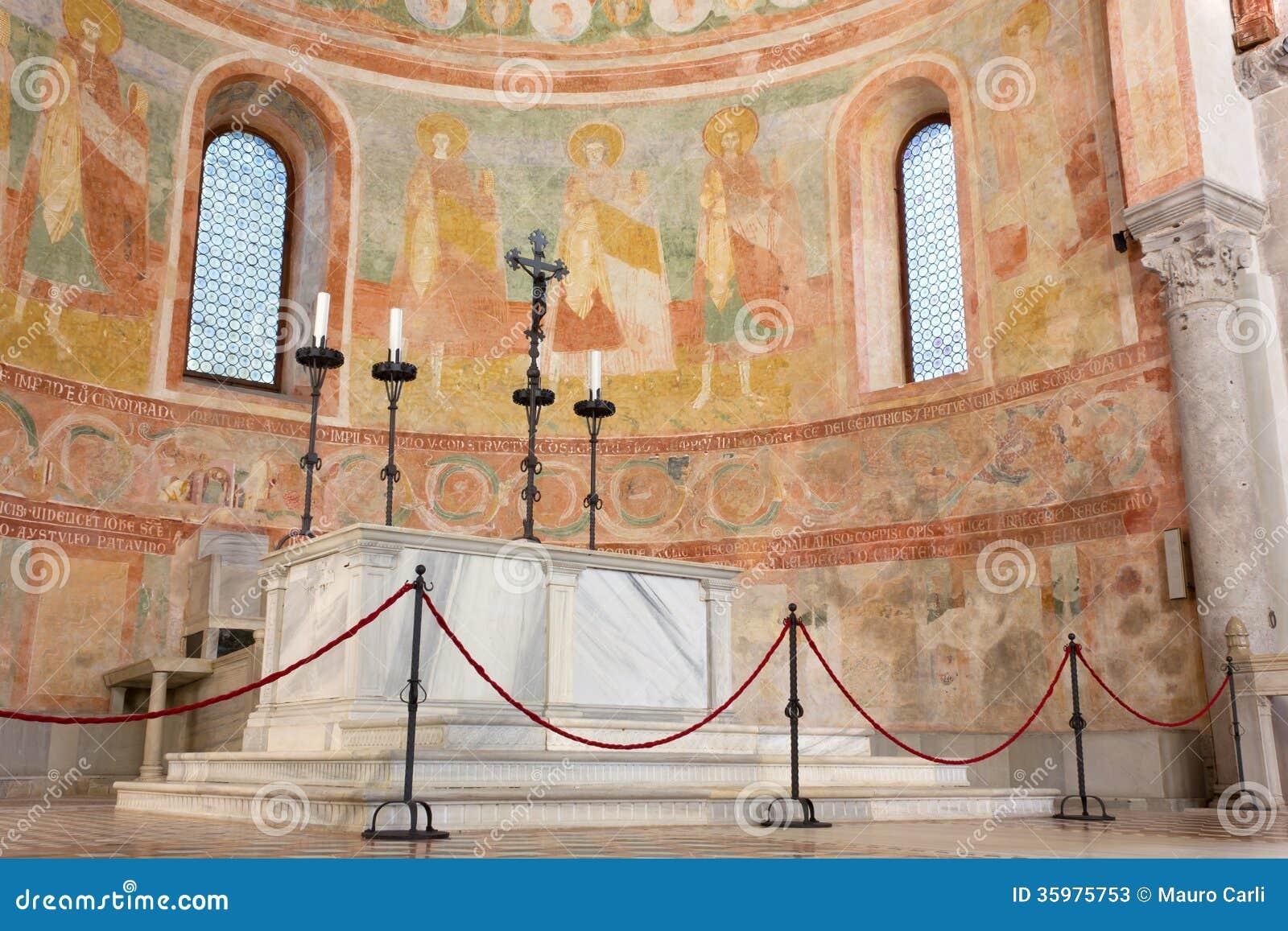 Absid och altare i basilikan av Aquileia