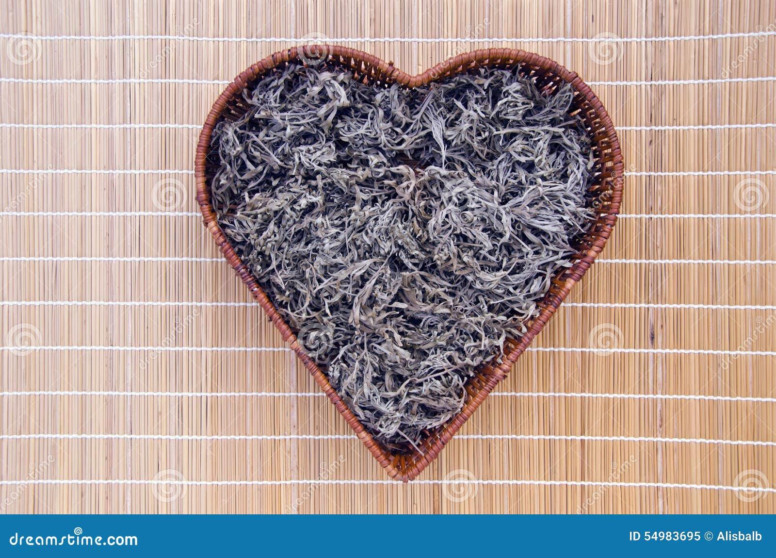 Absinthmalört (Artemisiaabsinthium) i hjärtaformkorg