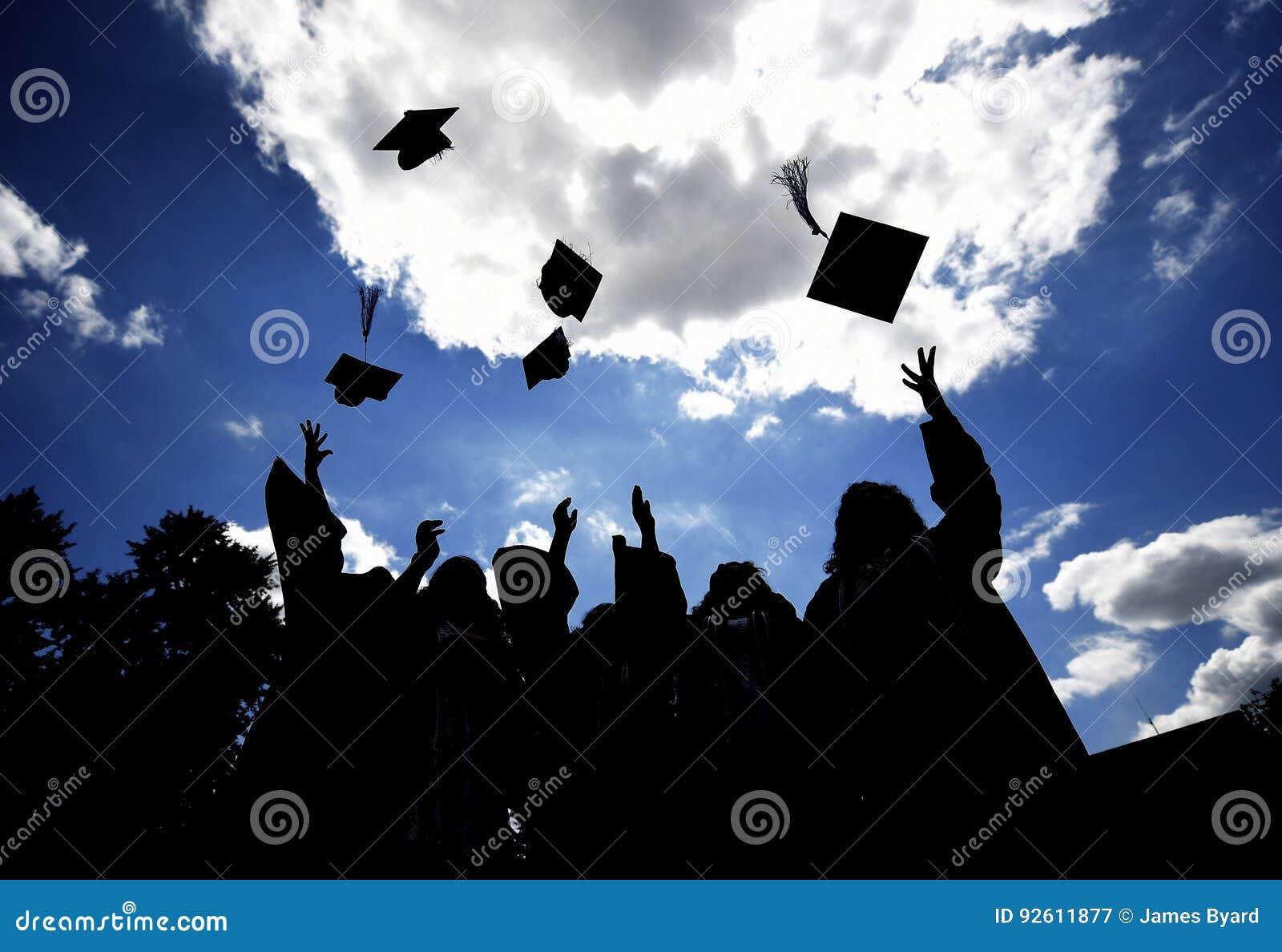 Absolvent, die Hüte werfen