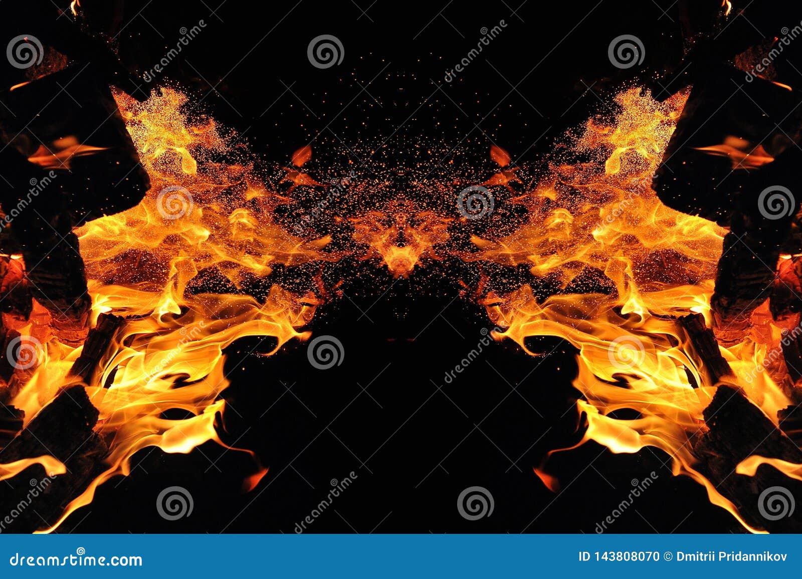 Abstracción, fuego ardiente con las chispas Tipo místico de mariposa o de monstruo Reflexión horizontal