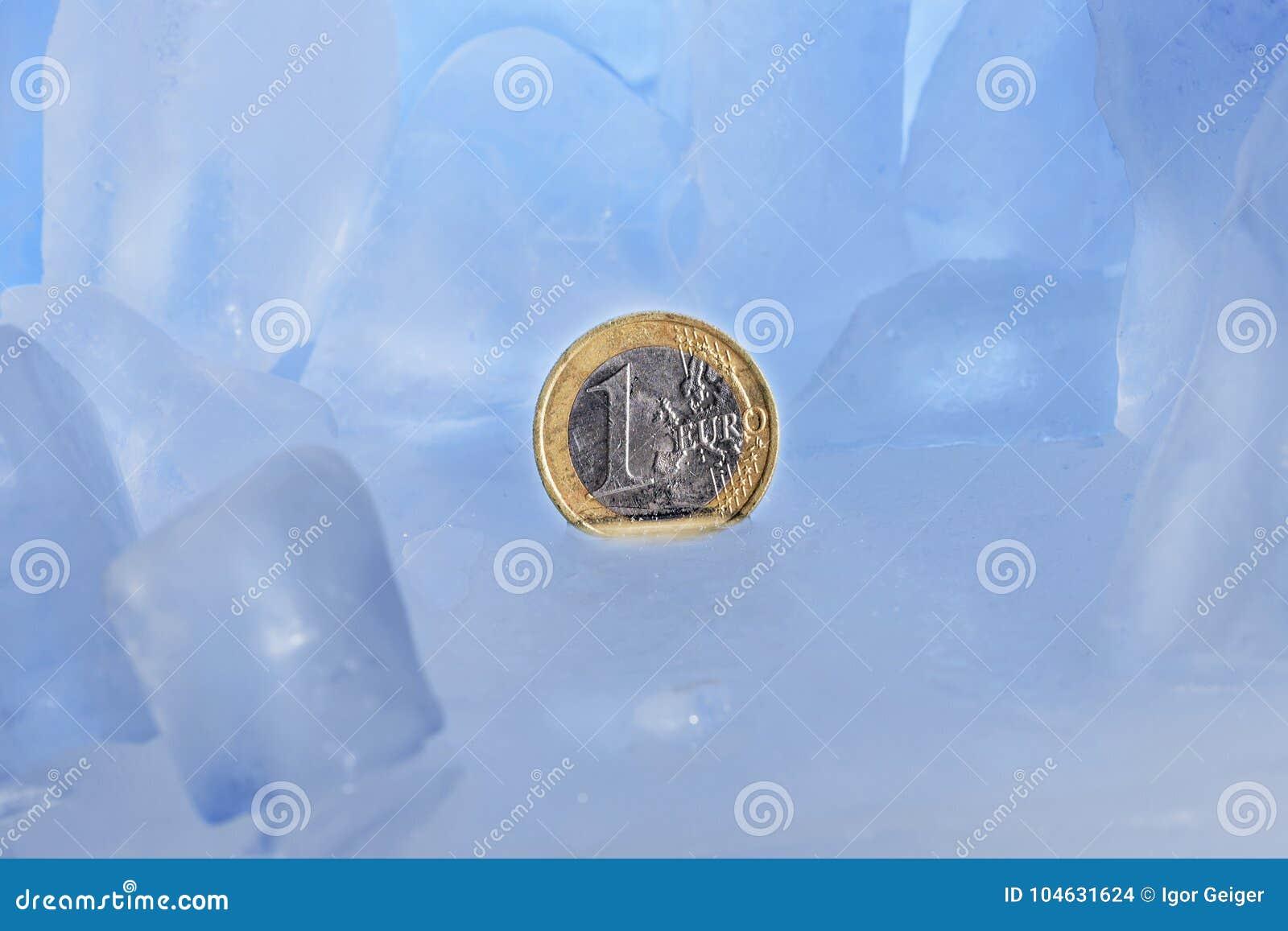 Abstract beeld van bevroren financiën, 1 euro die muntstuk in blauw ijs wordt bevroren