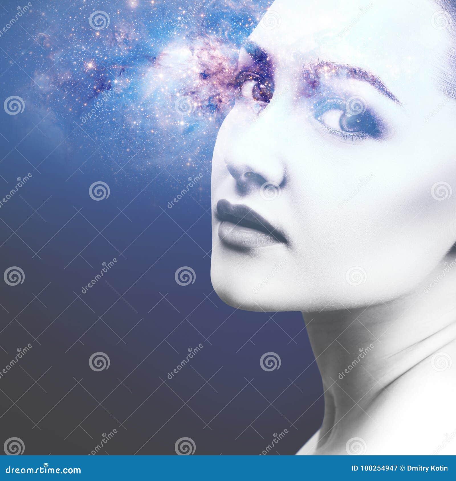 Abstract beeld van vrouwengezicht en kosmische melkweg