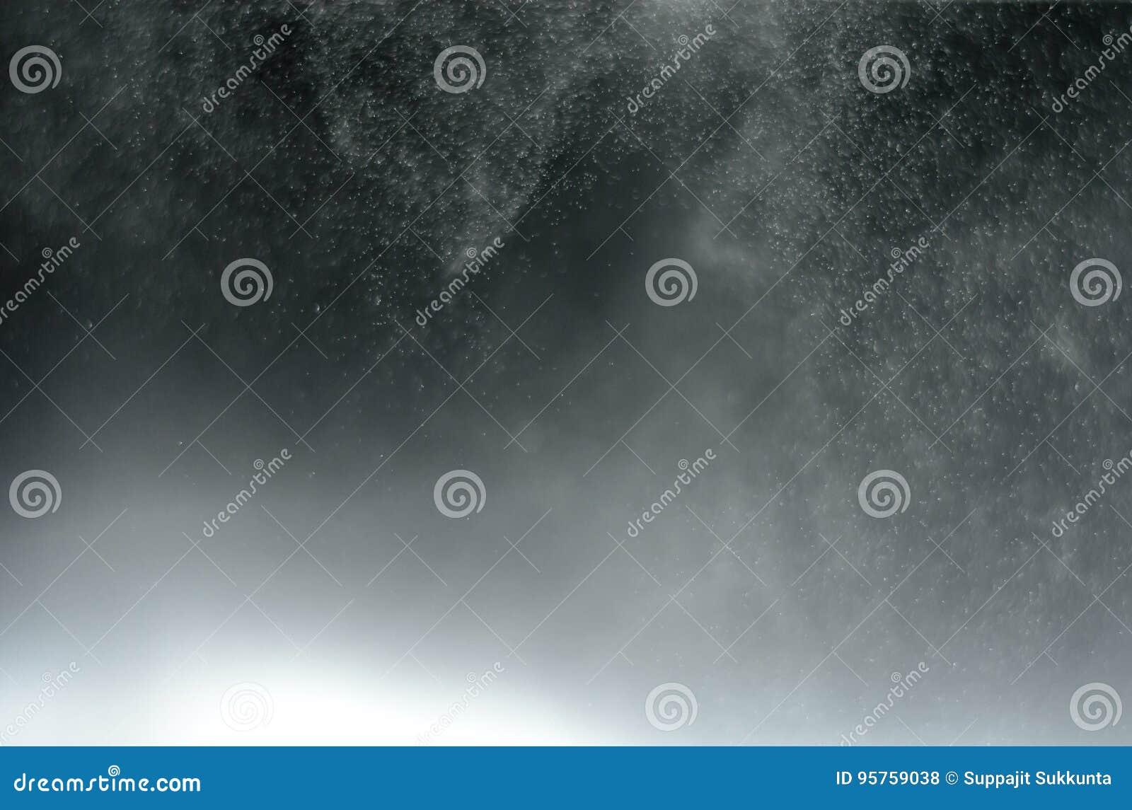 Abstract onduidelijk beeldwater mistig op zwarte achtergrond
