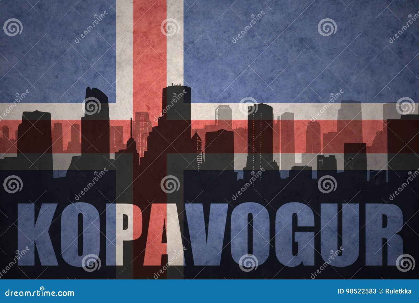 Abstract silhouet van de stad met tekst Kopavogur bij de uitstekende Ijslandse vlag