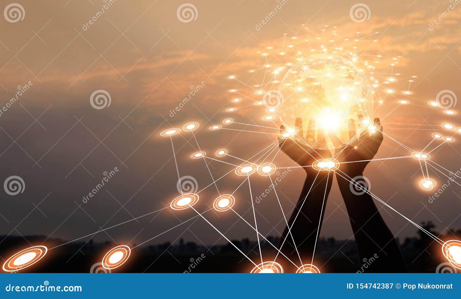 Abstract voorzien van een netwerk Technologie en mededeling Handen die globale netwerk en gegevensuitwisselingen op zonsondergang