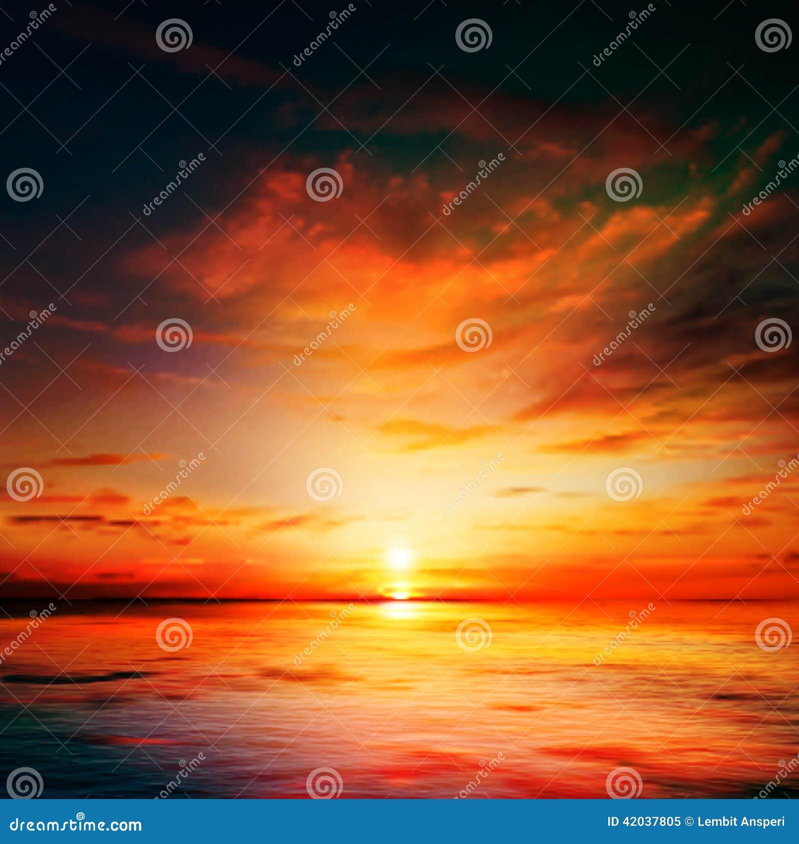Abstracte aardachtergrond met overzeese zonsondergang en wolken