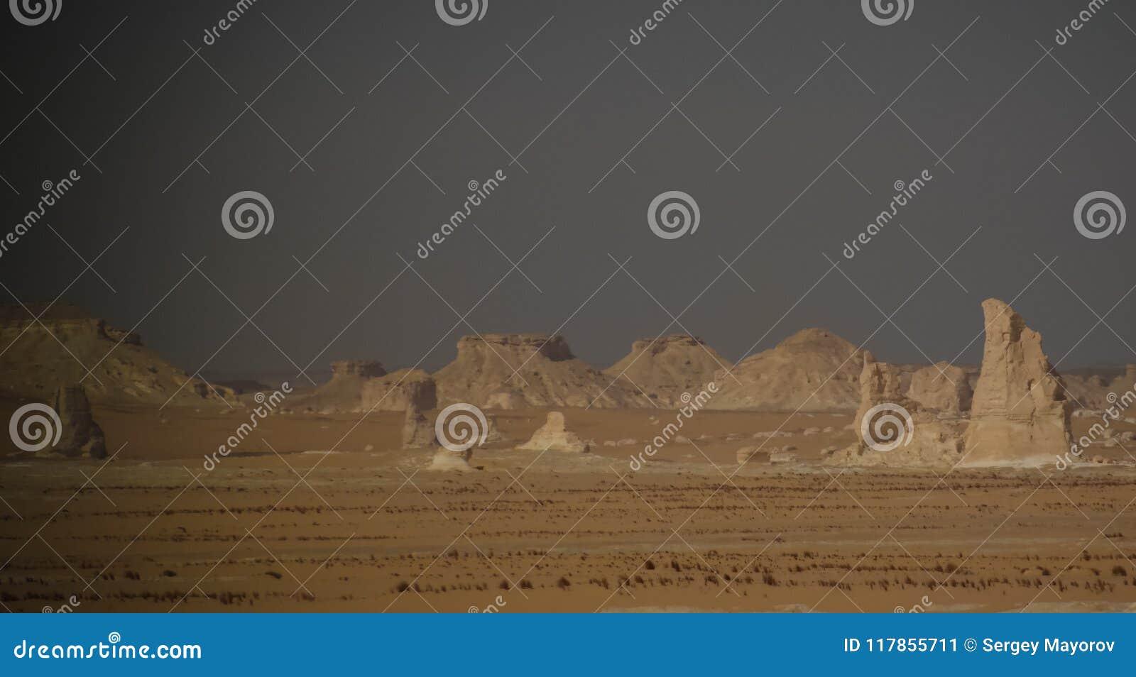 Abstracte aardbeeldhouwwerken in Witte woestijn, de Sahara, Egypte