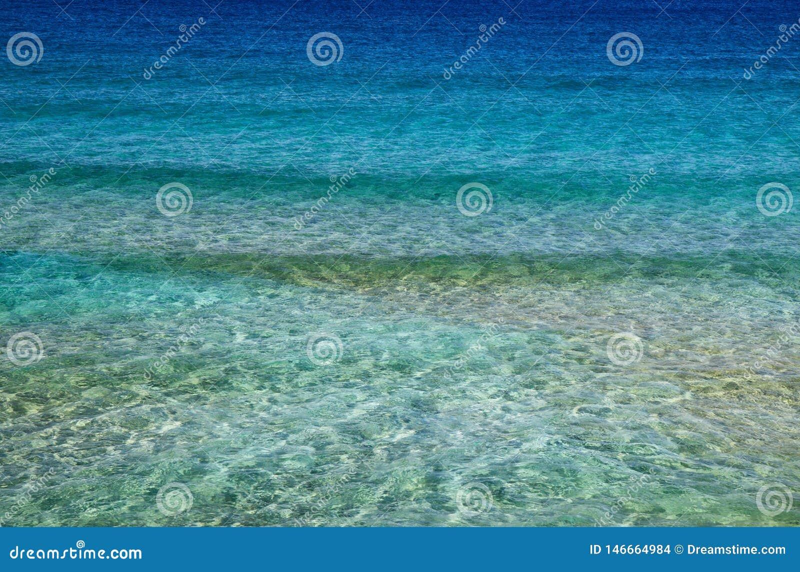 Abstracte achtergrond, kalme overzeese golven dichtbij de kust