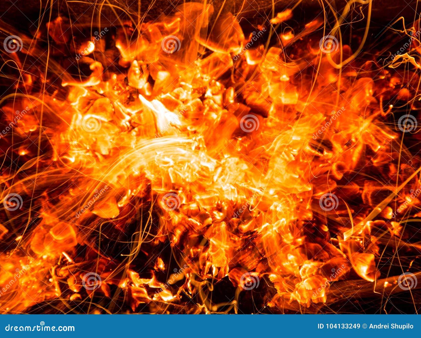 Abstracte achtergrond van het branden van steenkolen van brand met vonken