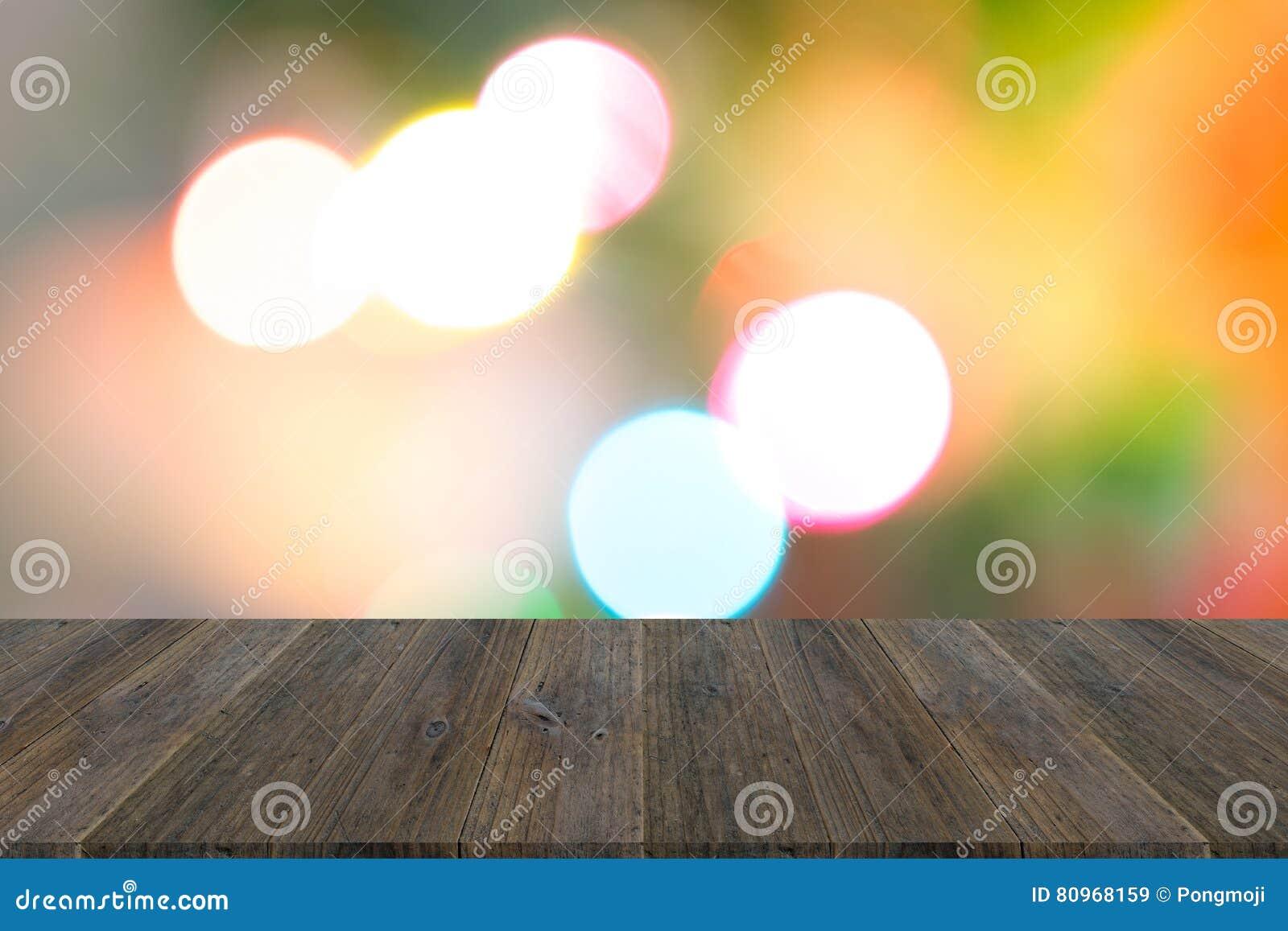 Abstracte bokehachtergrond van licht met houten terras stock