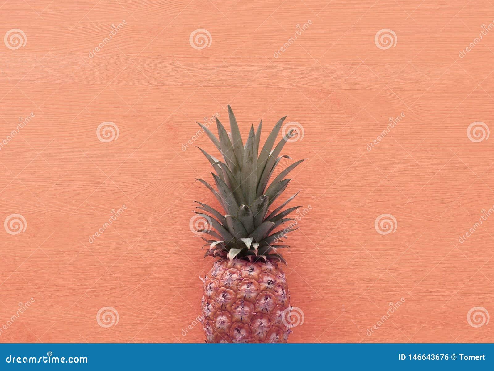 Abstracte foto van ananas over roze houten achtergrond Strand en tropisch thema Hoogste mening
