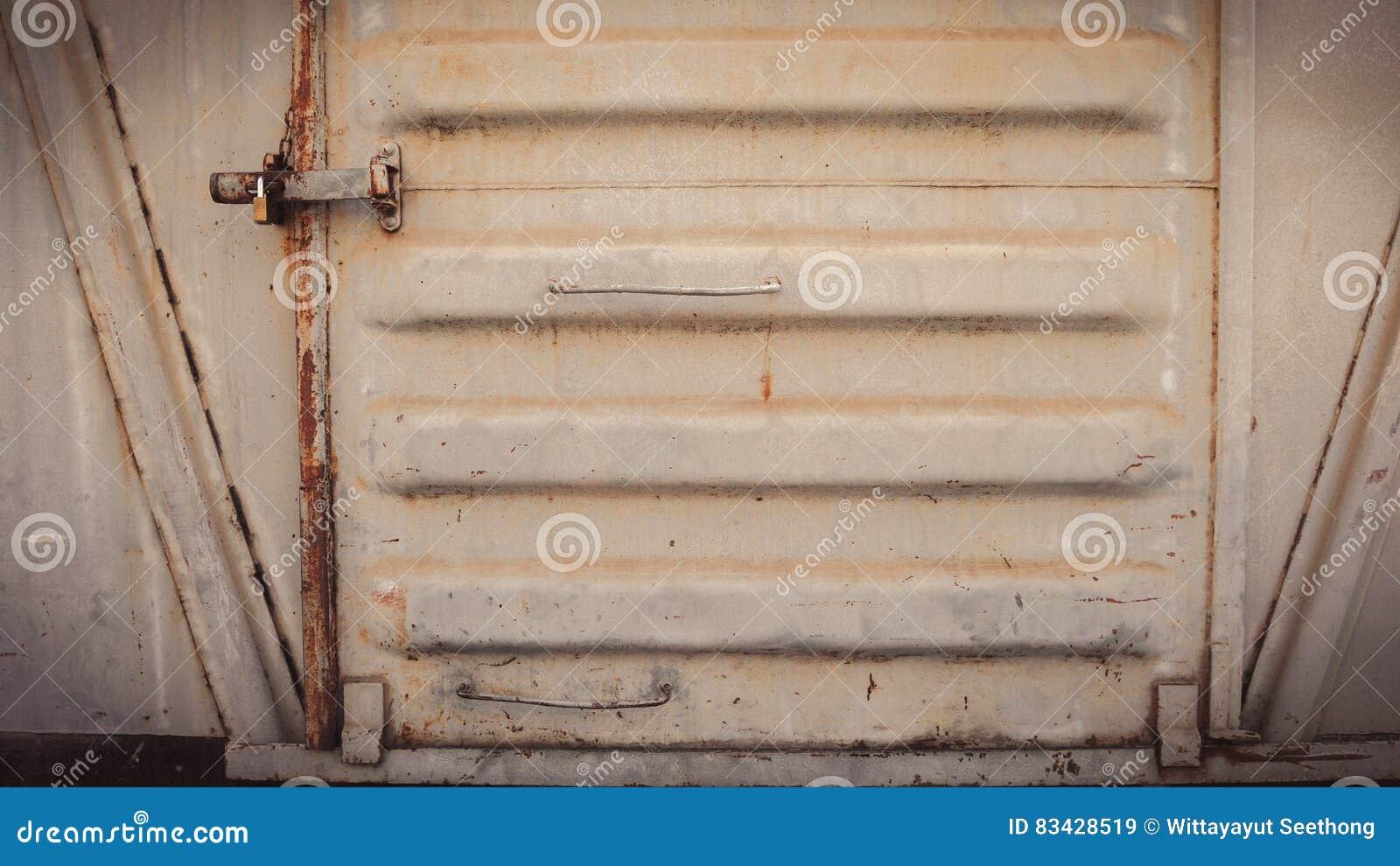 Abstracte grungy metaaloppervlakte en slot op roestige ijzerdeur van restauratierijtuigtrein