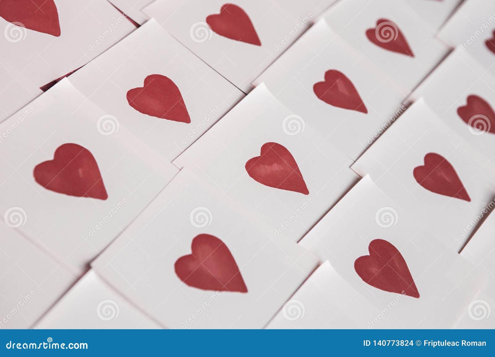 Abstracte lege kleverige nota met hart Valentine-het bericht van de groetkaart