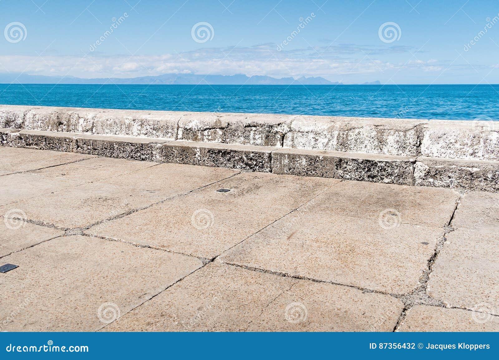 Abstracte samenstelling van havenpijler met horizon