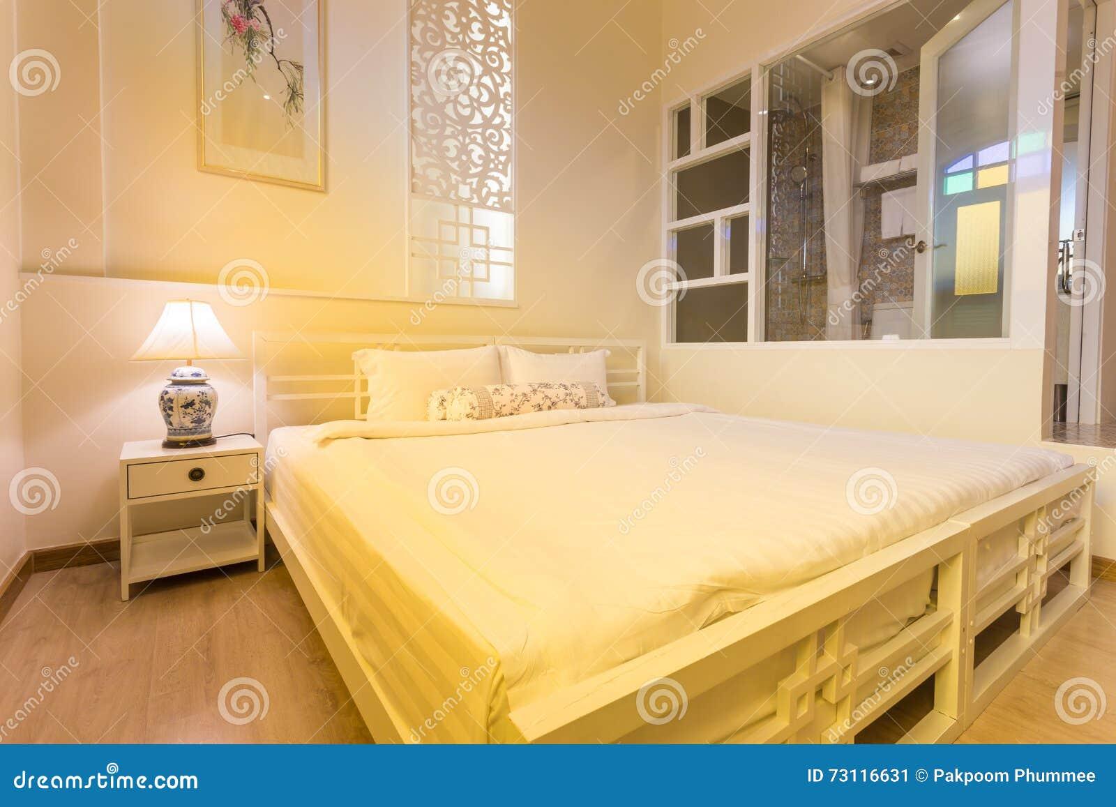 Slaapkamer Warme Kleuren : Abstracte slaapkamer in warme lichte kleuren groot comfortabel