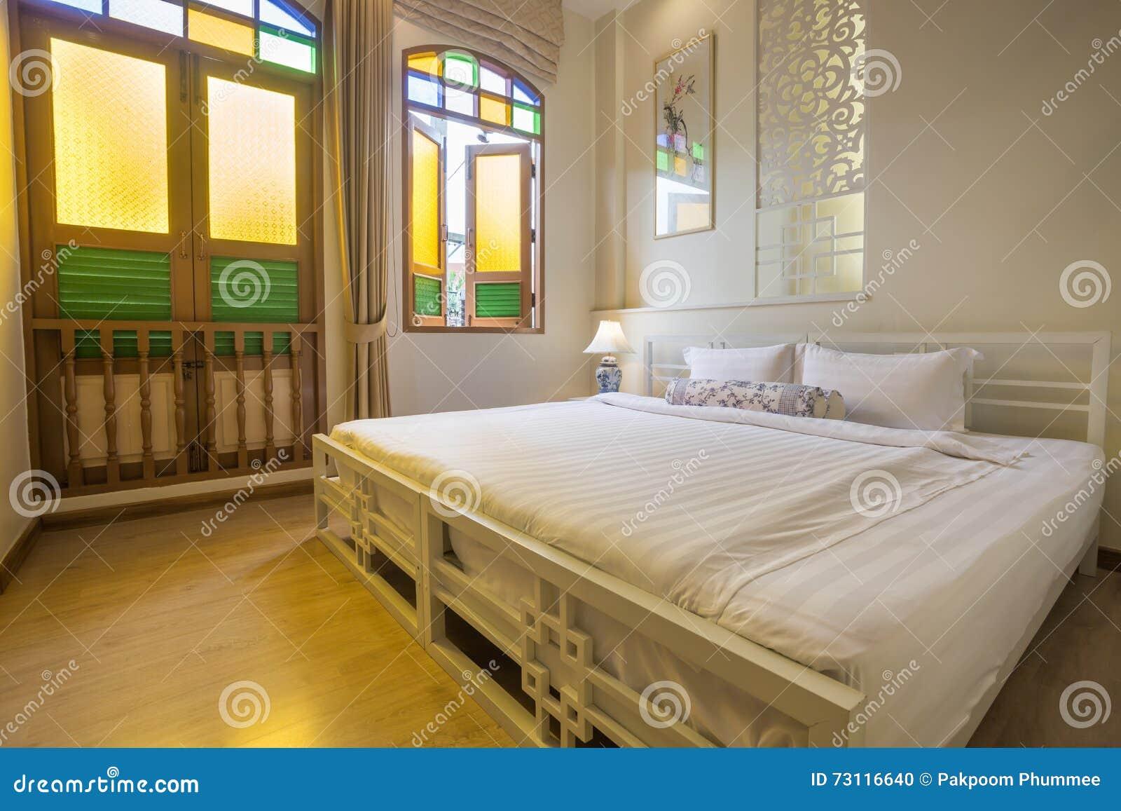 Abstracte Slaapkamer In Warme Lichte Kleuren Groot Comfortabel ...