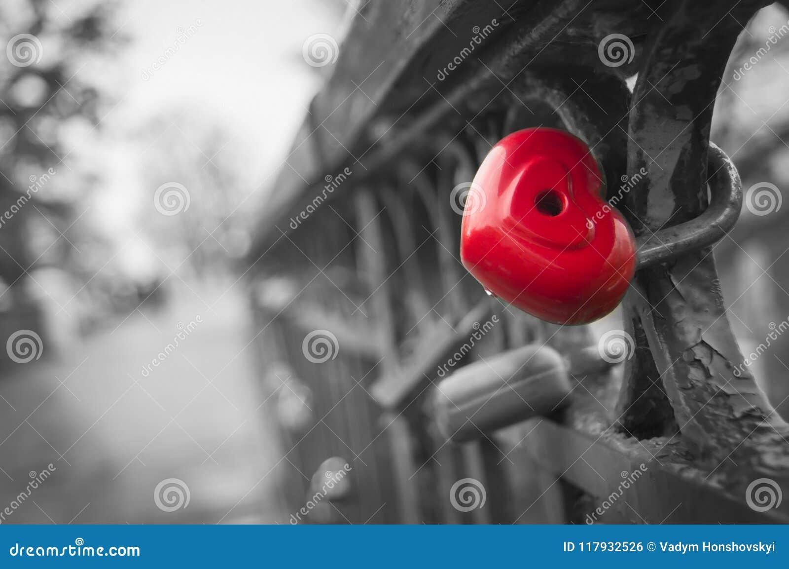 Abstractie van gevoelssymbool van eeuwige betekenis van liefde Metaal scharnierend kasteel in de vorm van een hart