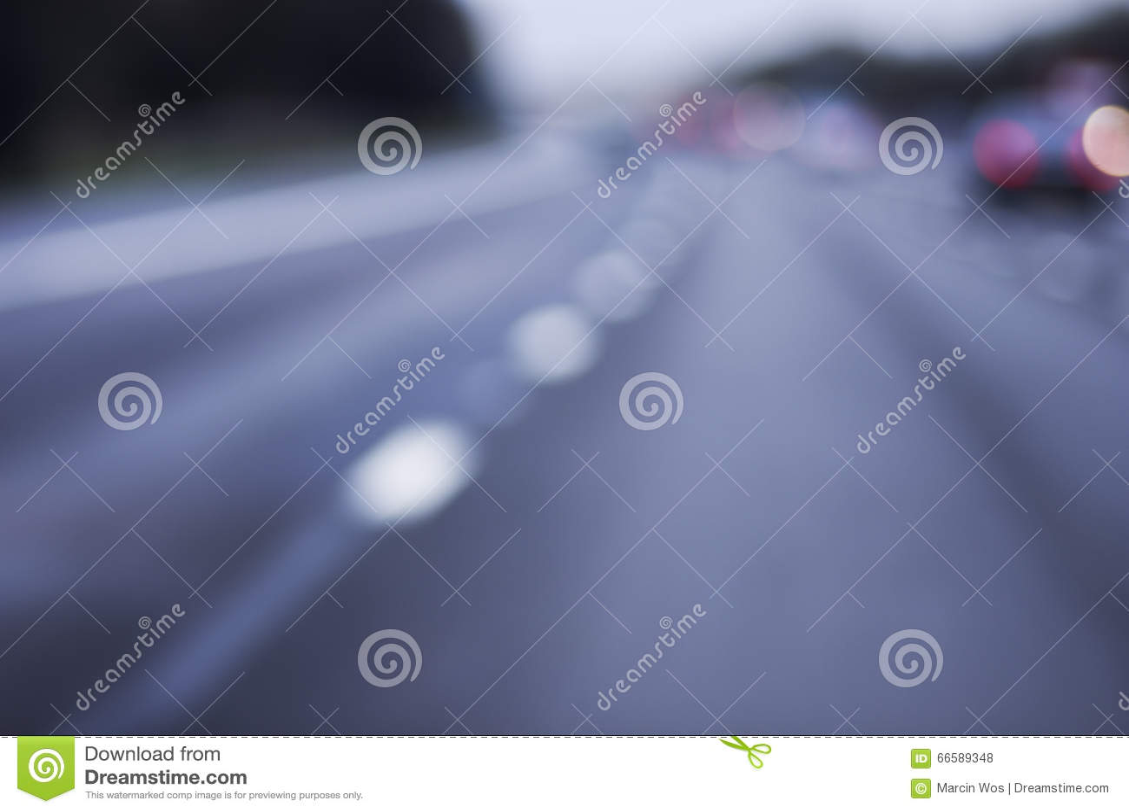 Abstraia a estrada perigosa borrada do carro que conduz em chuvoso molhado e