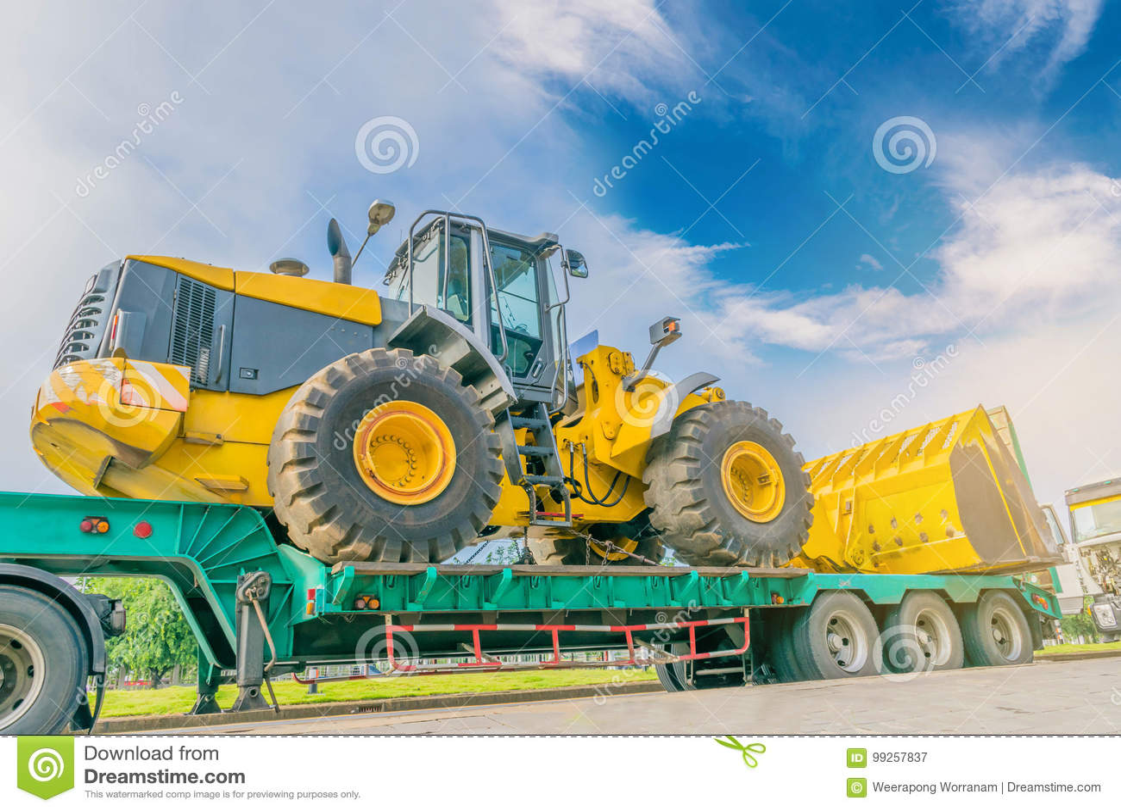 Abstrakcjonistyczna miękka ostrość duży ciągnik na holowniczej ciężarówce z piękną chmurą promieniem, światłem i obiektywu racą e