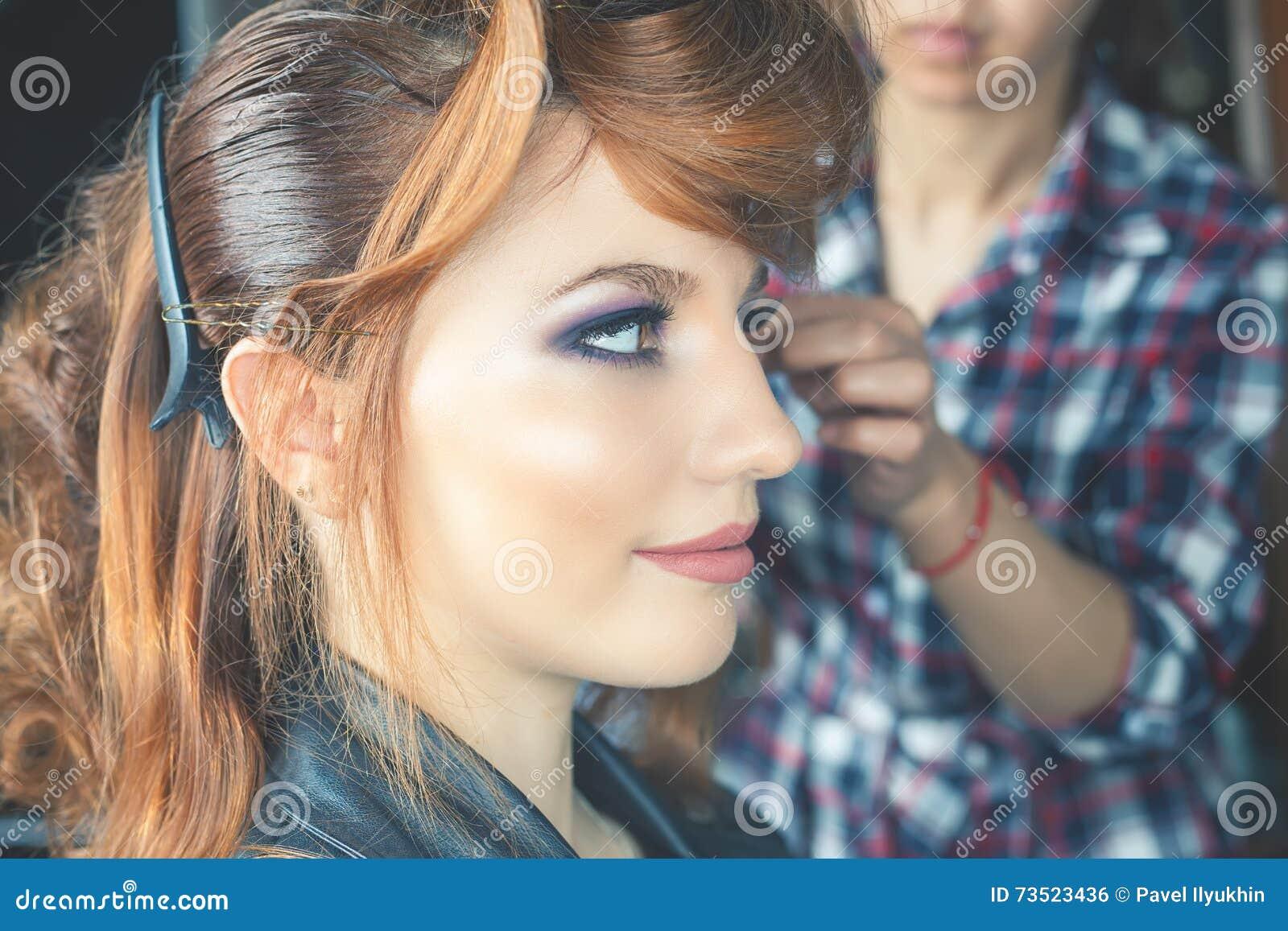 Abstrakcjonistyczna sztandaru mody fryzury ilustracja kobieta z kijem włosy przyczepia barów nożyce