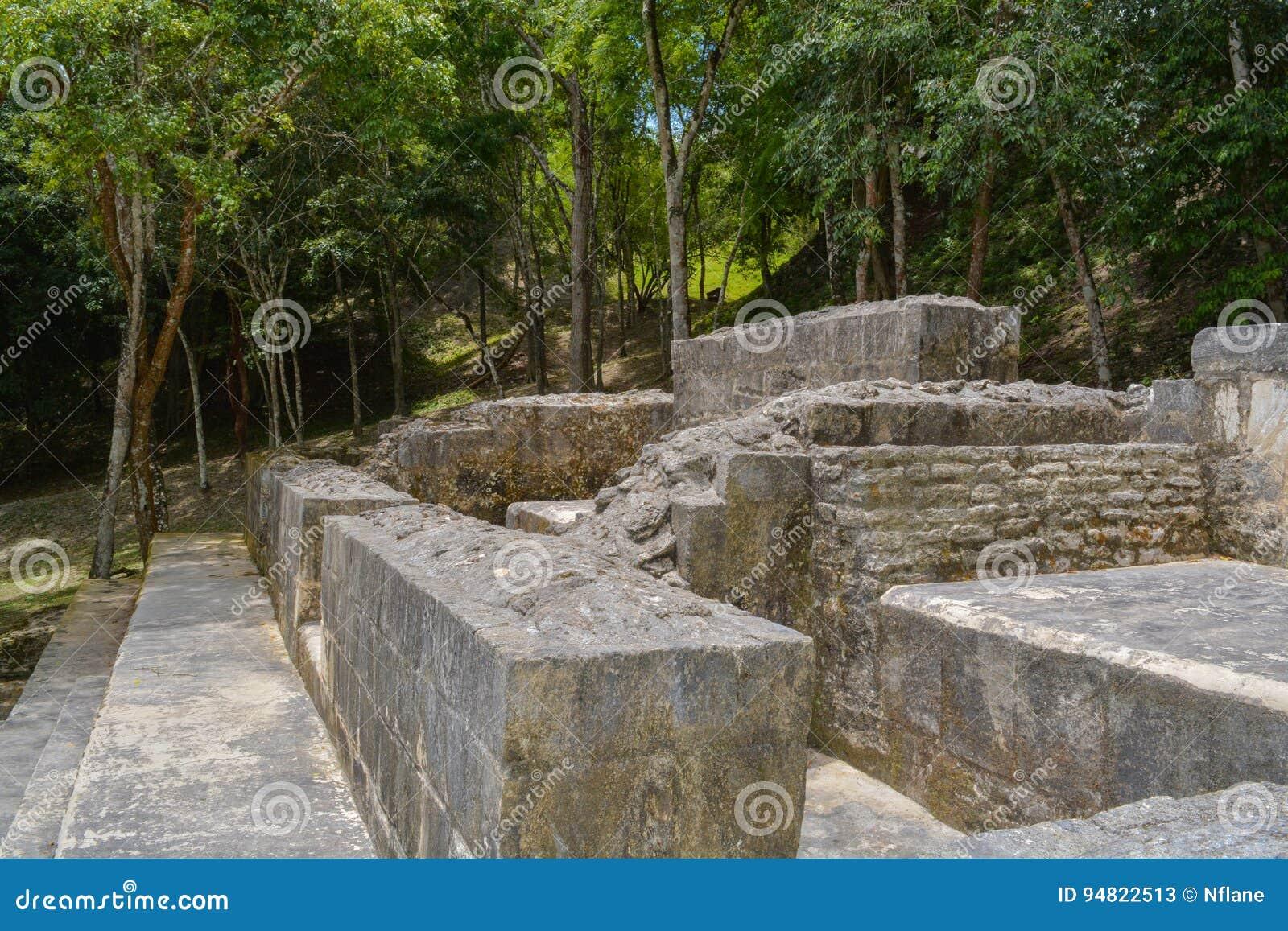 Abstrakcjonistyczne antyczne Majskie ruiny przy Xunantunich drylują damy w San Ignacio, Belize