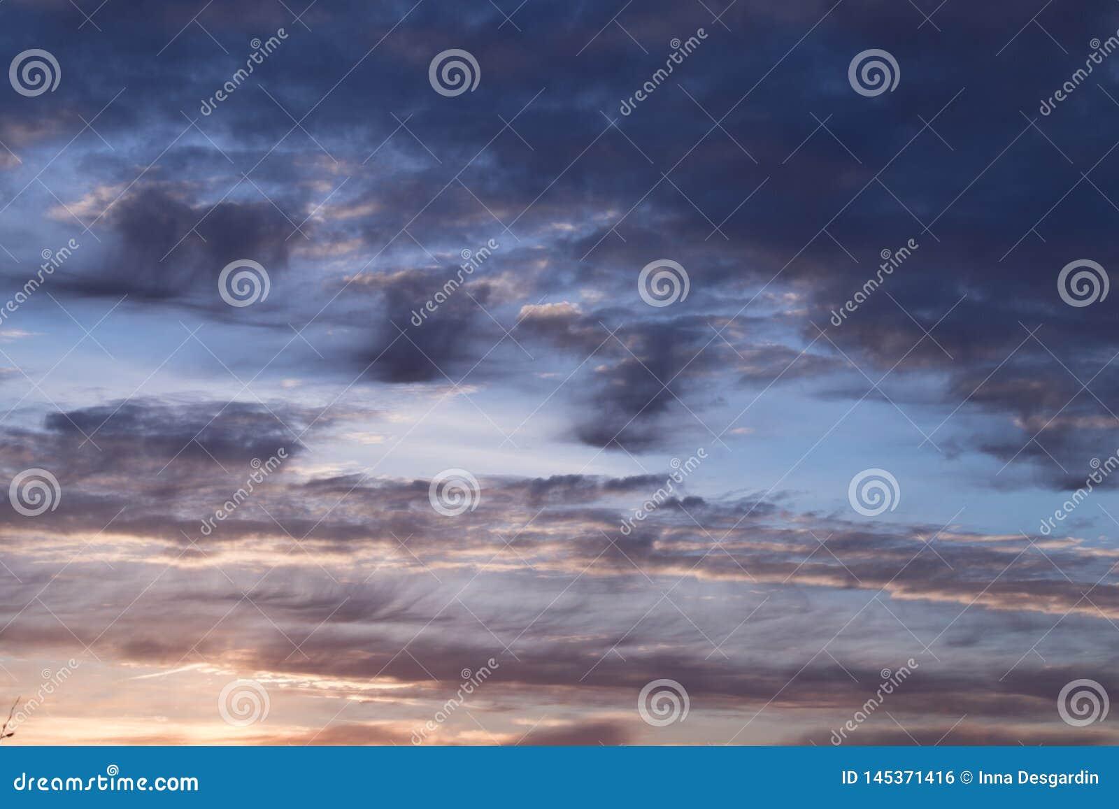 Abstrakcjonistycznego niebieskiego nieba zamazany tło Fantazji lub fantastyka naukowa pojęcie Galaktyka i astronautyczny projek