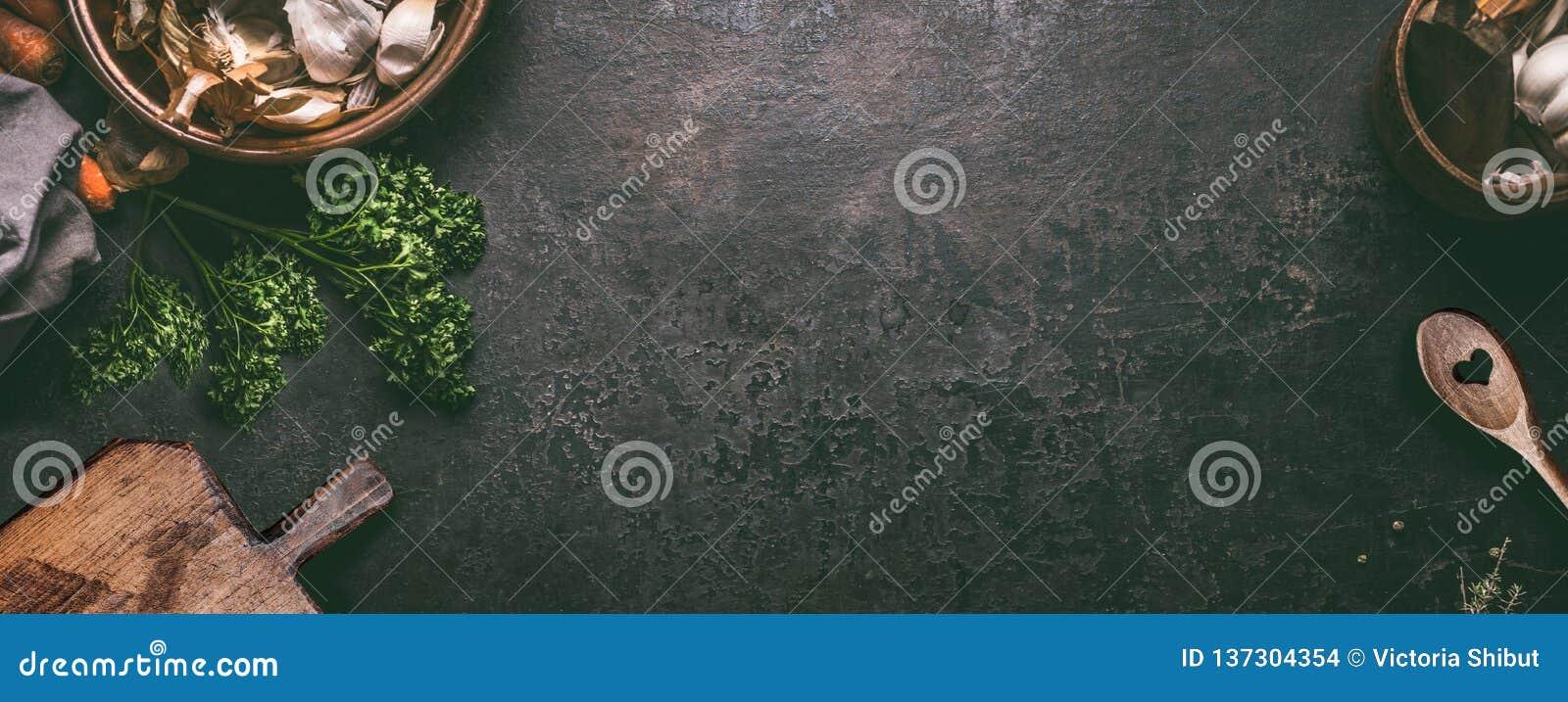 Abstrakcjonistyczny karmowy tło Odgórny widok ciemny nieociosany kuchenny stół z drewnianą tnącą deską i kulinarną łyżką, rama Sz