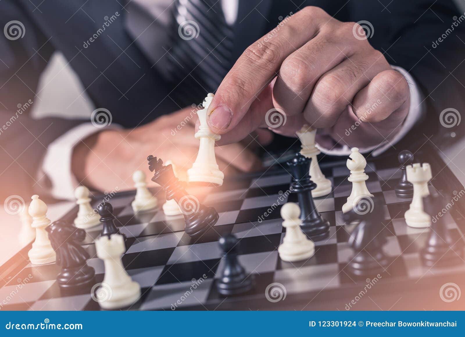 Abstrakcjonistyczny wizerunek biznesmen bierze szachującego na szachowej desce podczas gier