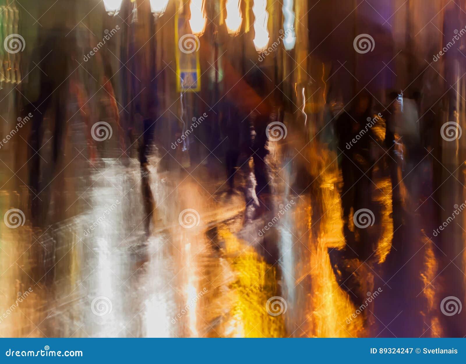 Abstrakt bakgrund av folkdiagram, stadsgata i regn, apelsin-brunt tonar Avsiktlig rörelsesuddighet brigham