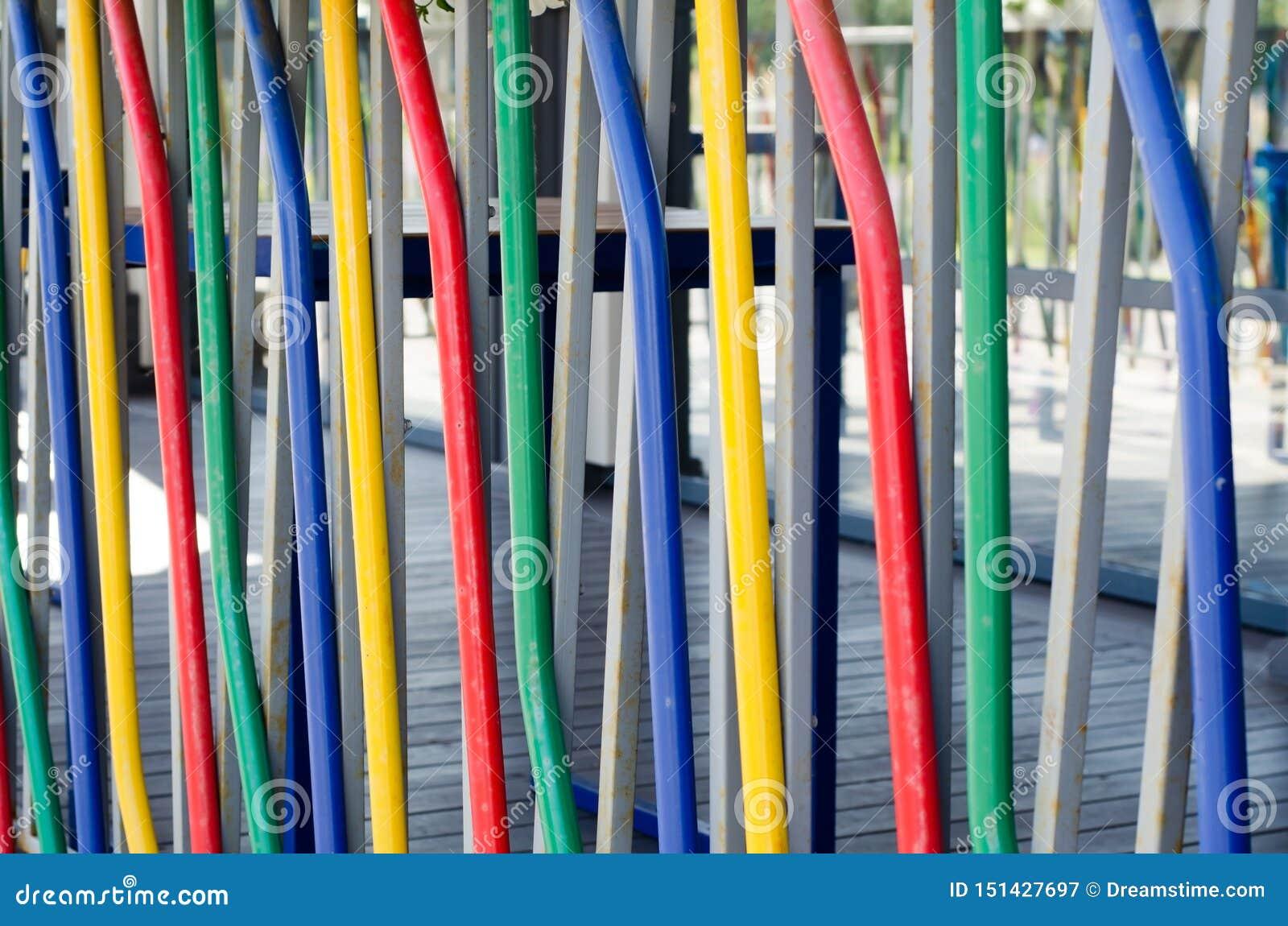 Abstrakt bakgrund av kulöra rör Det är det färgrika staketet