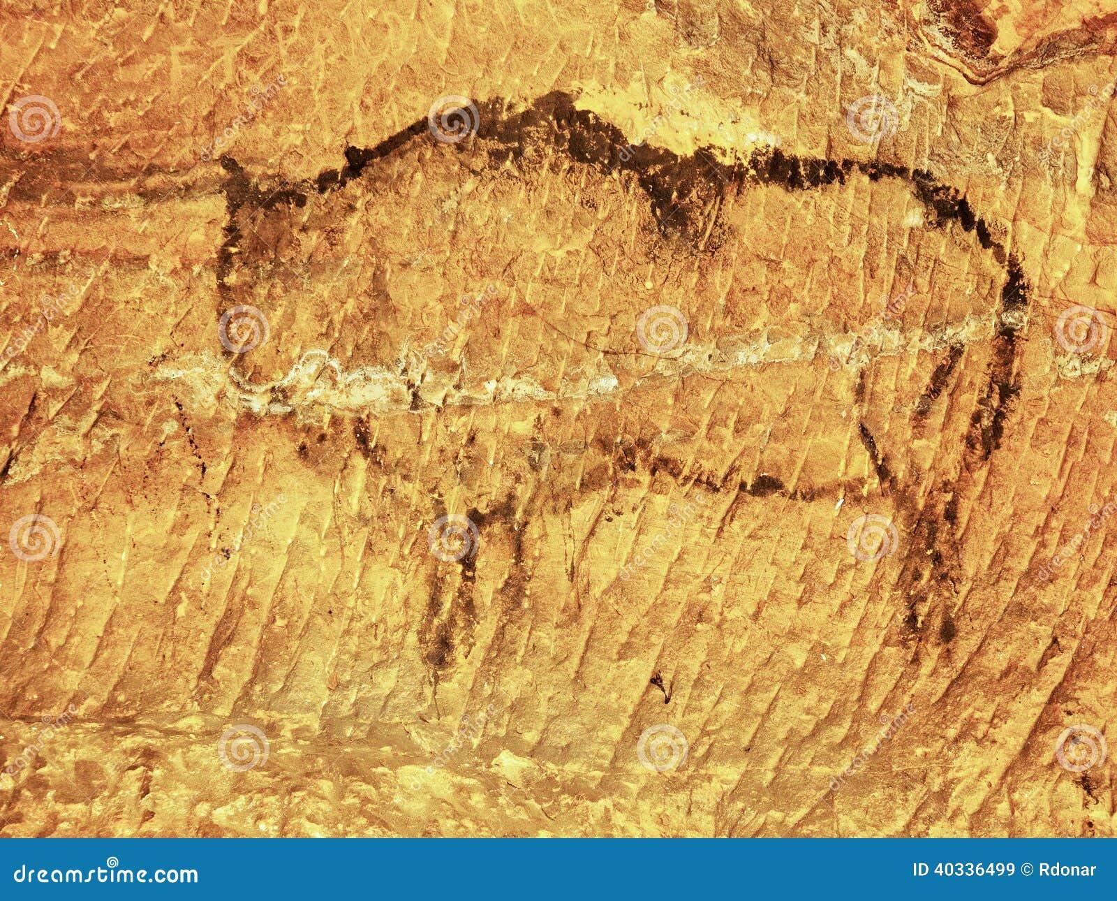 Abstrakt barnkonst i sandstengrotta. Svart kolmålarfärg av bisonen på sandstenväggen