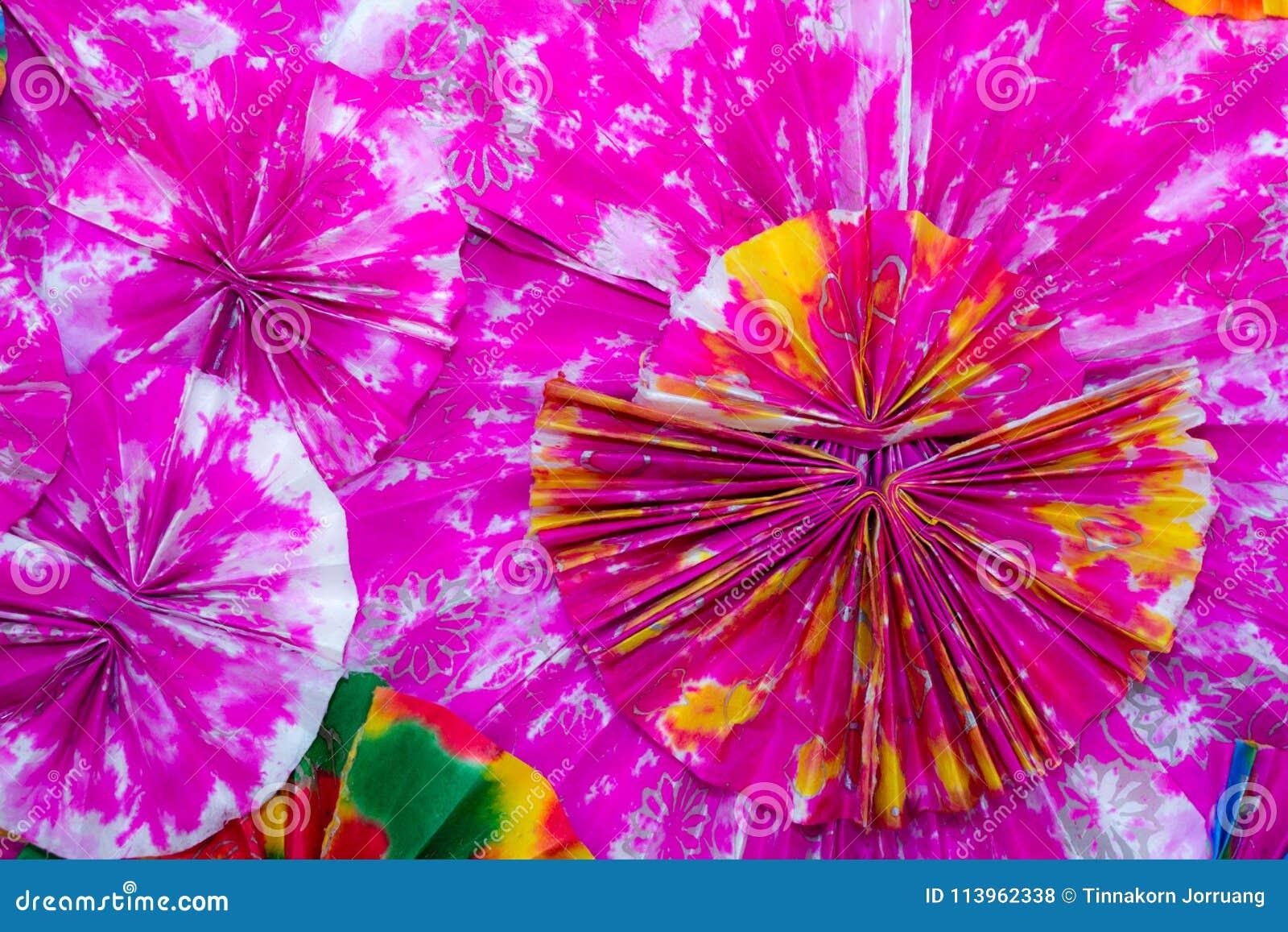 Abstrakt begrepp av färgrika pappers- filigranremsor vek i vågor , Bac