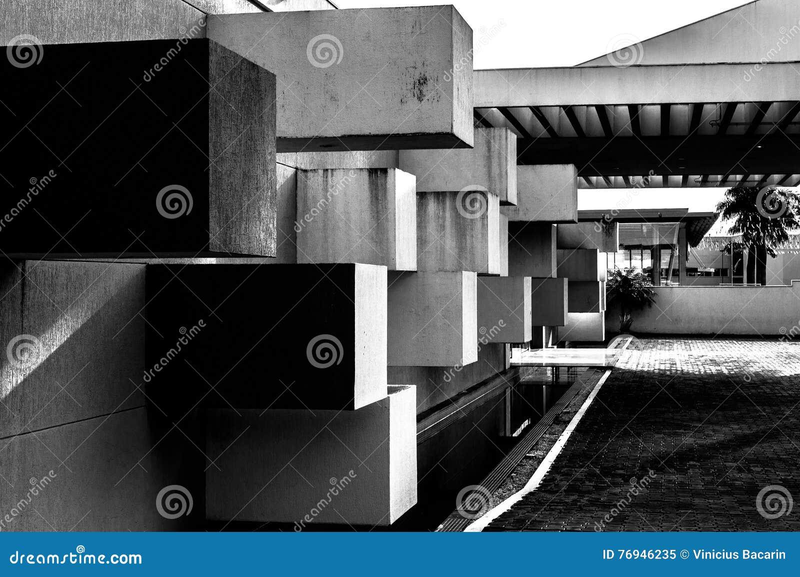 Abstrakte Architektur gemacht vom Beton mit den quadratischen Blöcken, die aus der Wand heraus haften