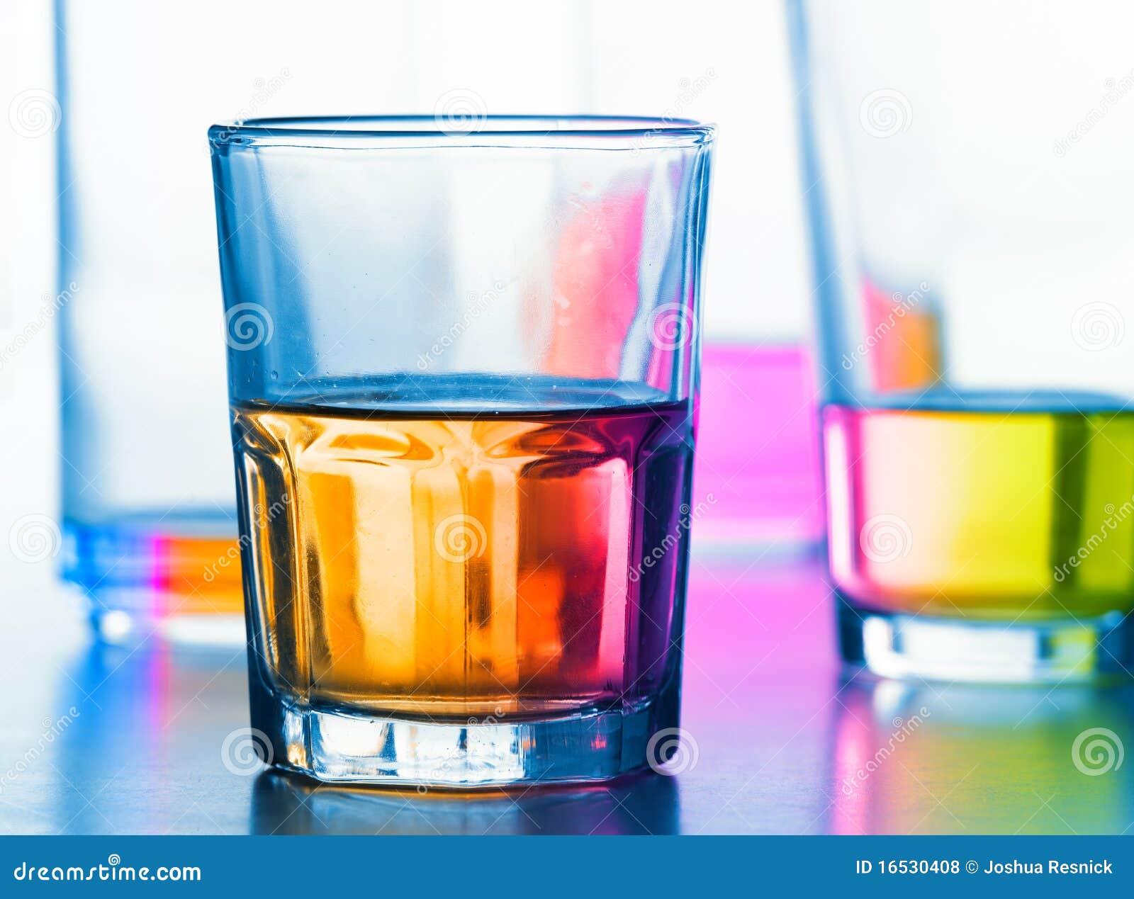 Abstrakte Gläser mit Flüssigkeit
