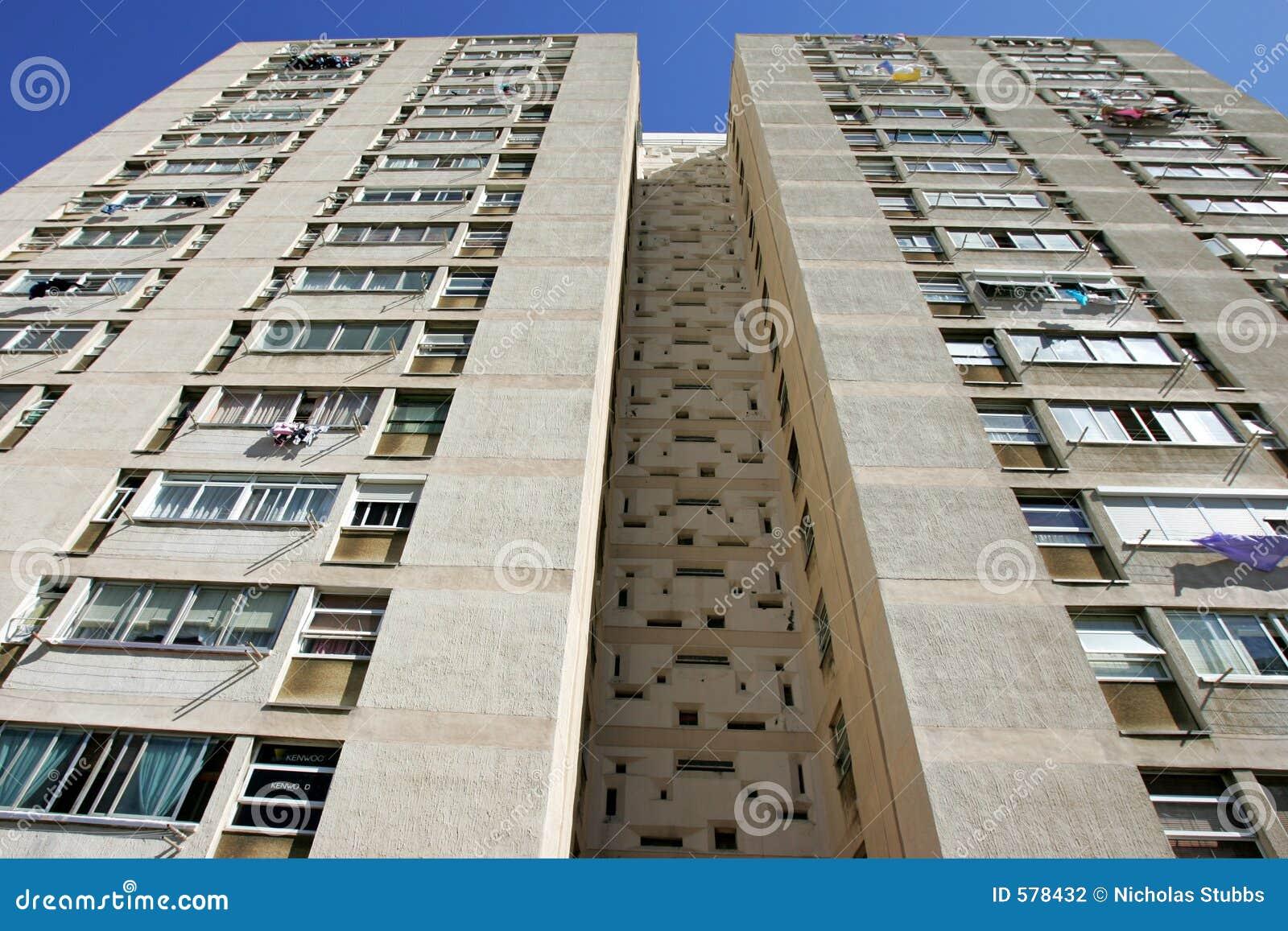 Abstrakte konvergierende Zeilen eines hohen hohen Anstieg-Wohnblocks