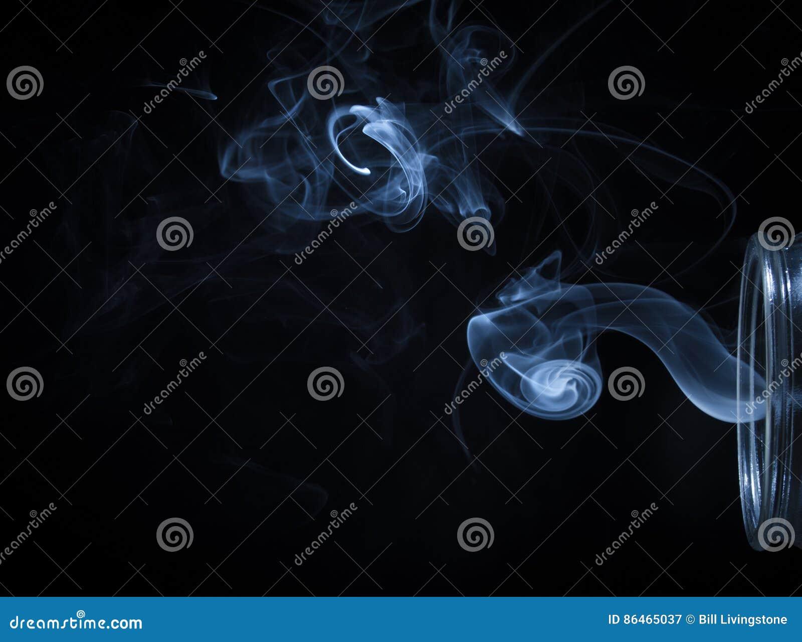 Abstrakter Blauer Rauch, Der Vom Flaschen-Hintergrund Fließt ...