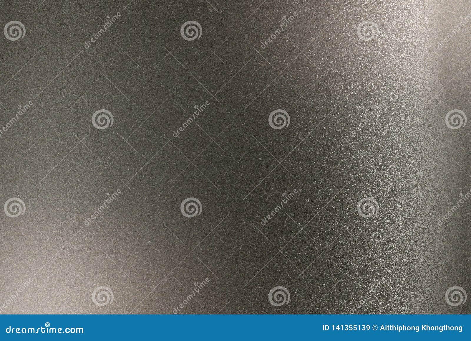 Abstrakter Hintergrund, Brechung auf schwarzer metallischer Wand in der Dunkelkammer