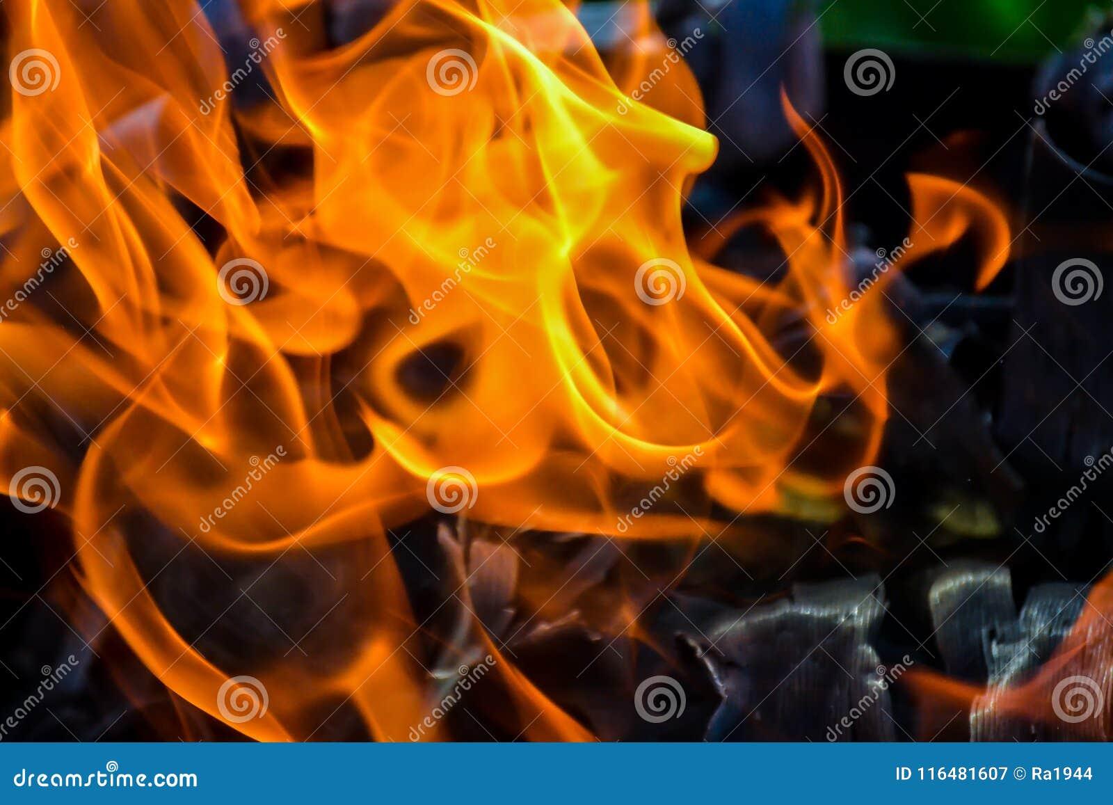 Abstrakter Hintergrund des Feuers, Kohlen, Flammen und Elemente der Asche sich verdrehen