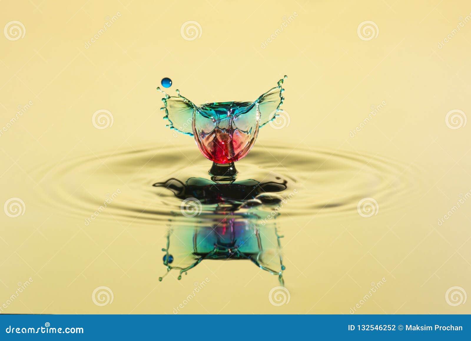 Abstrakter Hintergrund des Spritzens des Farbwassers, Zusammenstoß von farbigen Tropfen