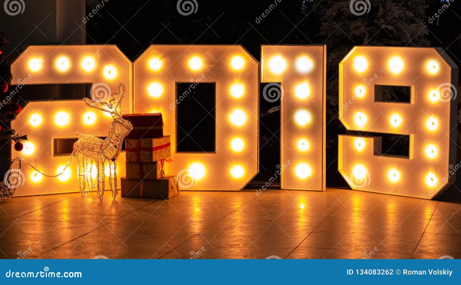 Abstrakter Hintergrund für neues Jahr Tabellen 2019 bestehen helle Glühlampen Geschenkboxen in der Front