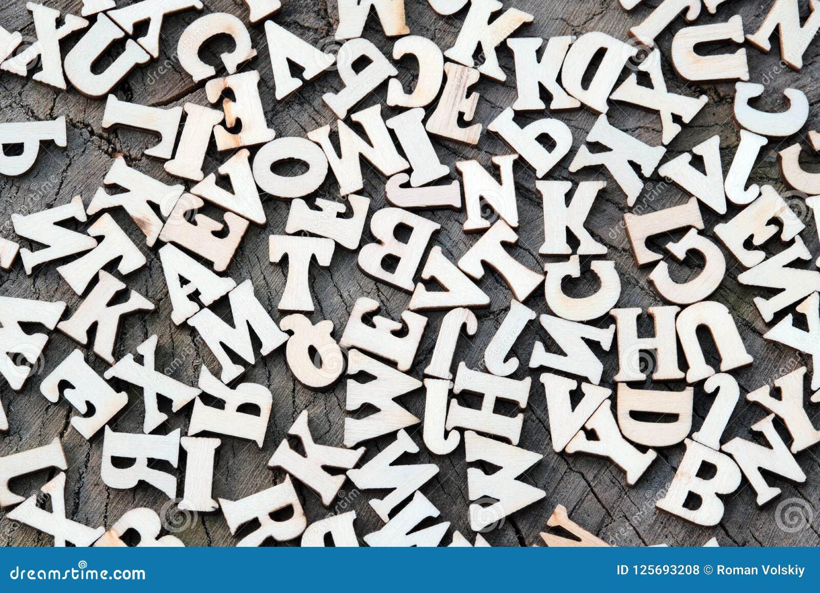 Abstrakter Hintergrund von Buchstaben auf einer alten hölzernen Beschaffenheit Kopieren Sie Raum für Design