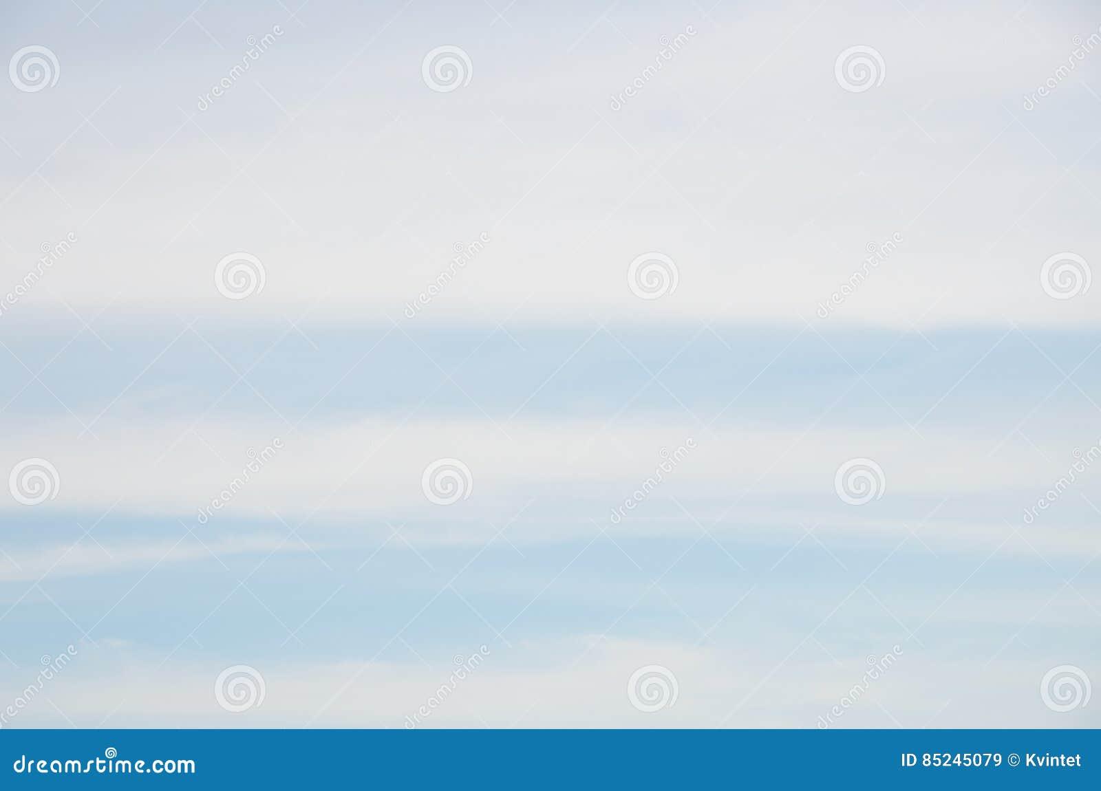 Abstrakter Hintergrund Von Weißen Wolken Der Breiten Streifen Auf ...